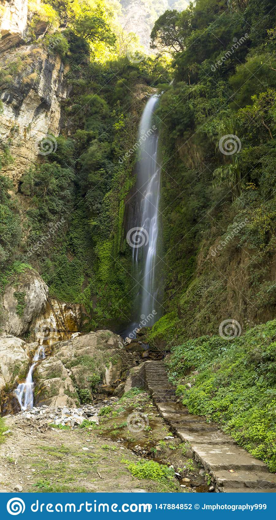 Cascada en el camino al circuite Nepal tal de Annaourna