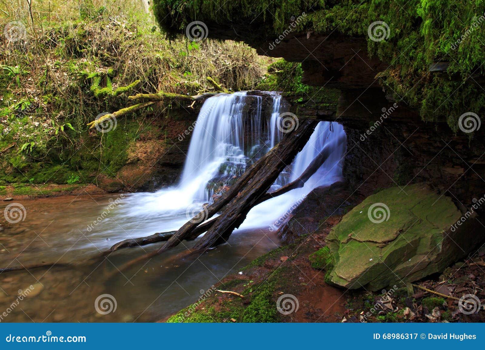 Cascada en el río Ennig; en la reserva de naturaleza de Pwll y Wrach