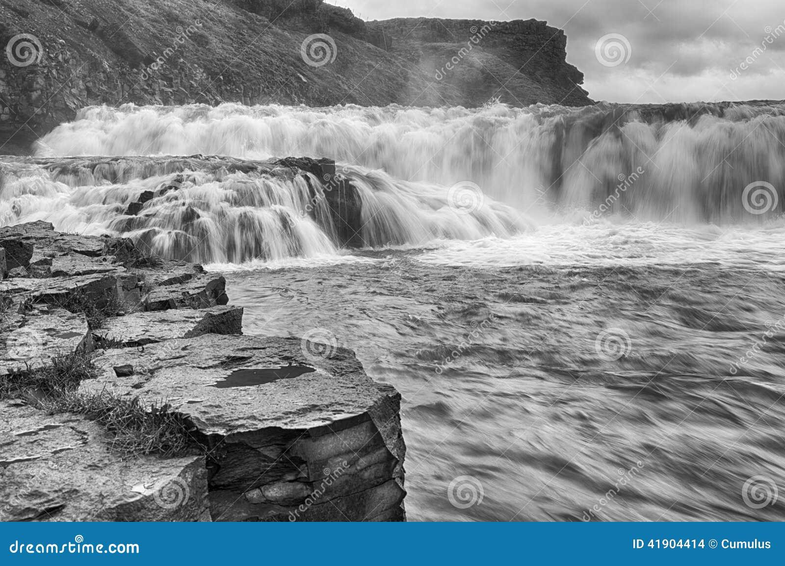 Cascada en Islandia, imagen blanco y negro