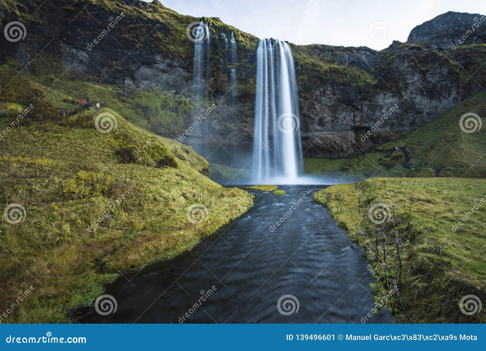 Cascada en Islandia en invierno