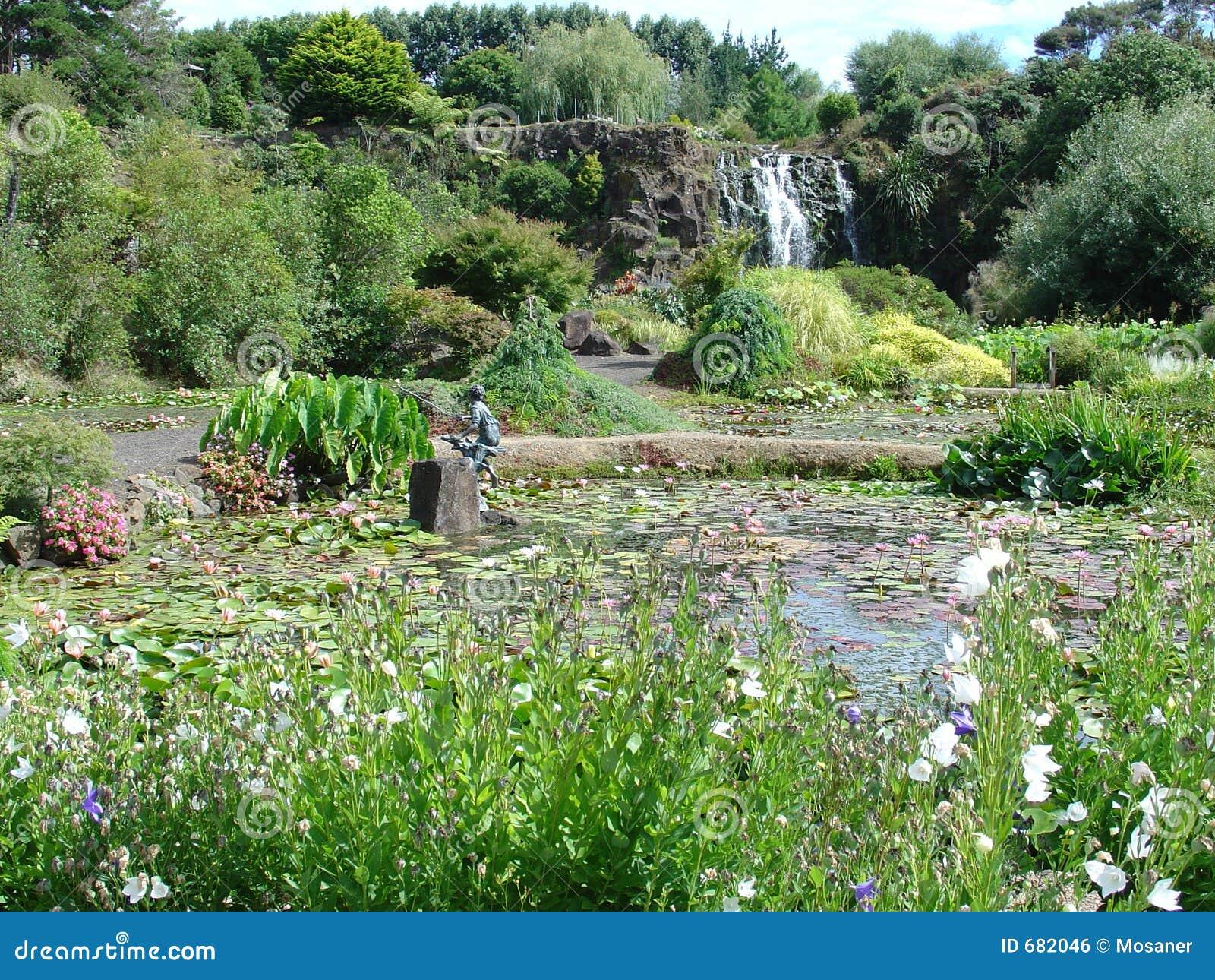 Cascada en jard n del agua imagen de archivo libre de for Cascada agua jardin