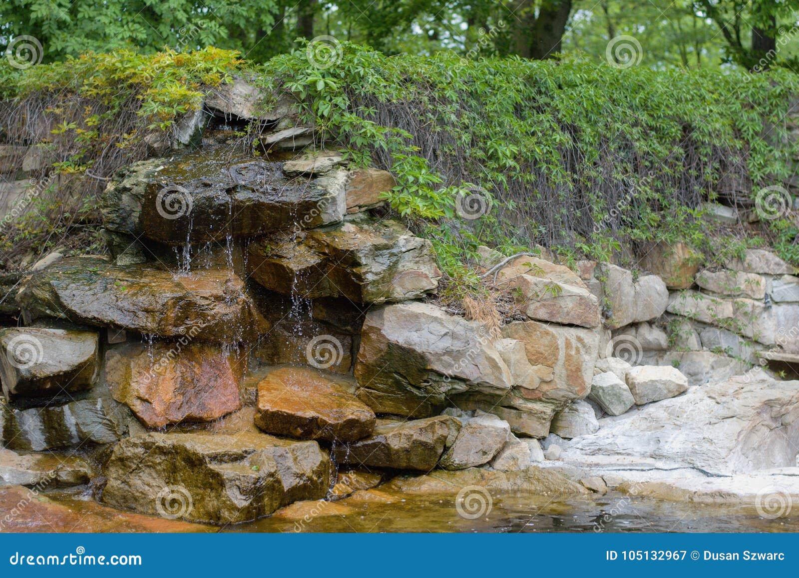 Cascada en jardín del zen