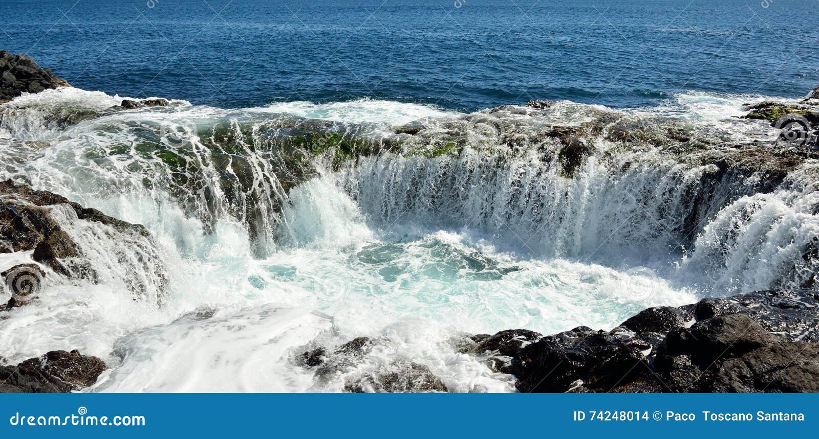 Cascada en la piscina natural, costa de Gran Canaria, islas Canarias