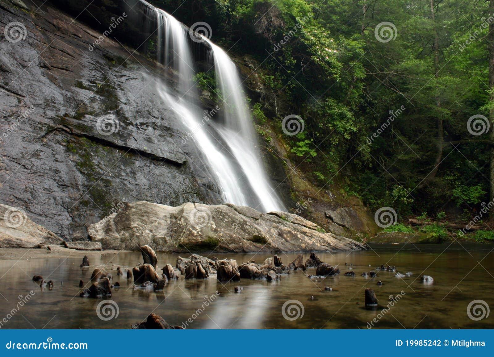 Cascada enorme de la selva tropical