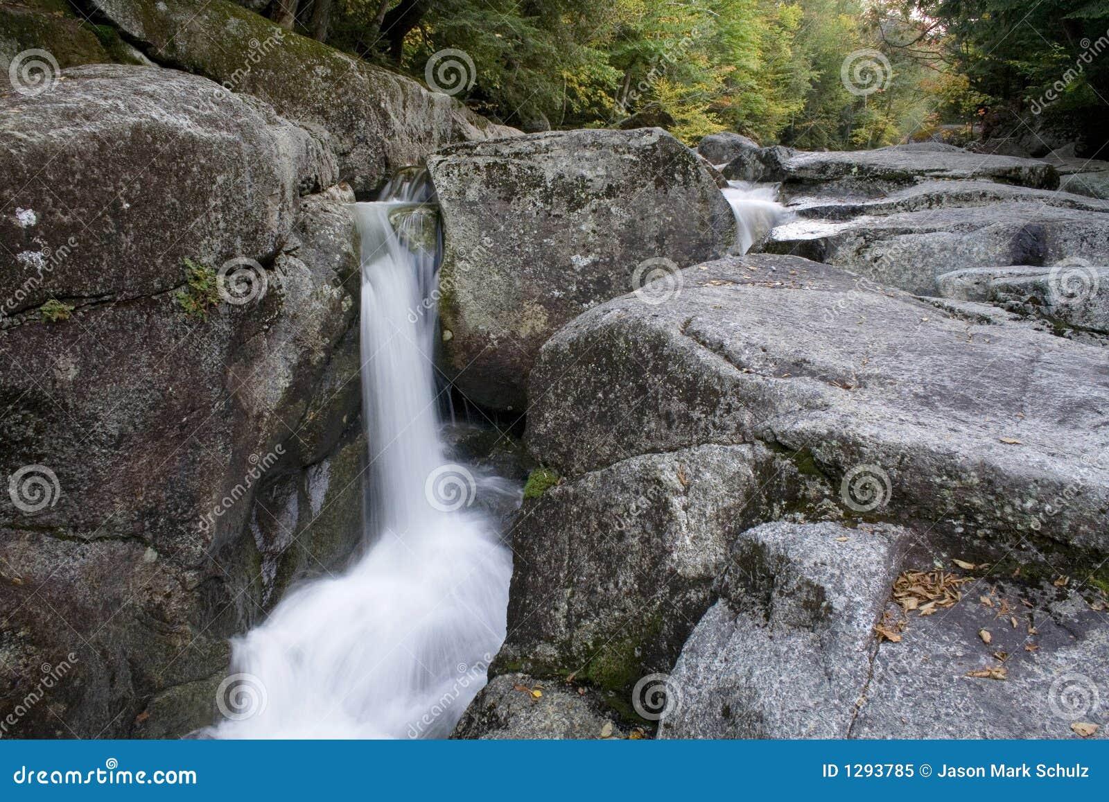 Cascada fresca 2 del arroyo de la montaña
