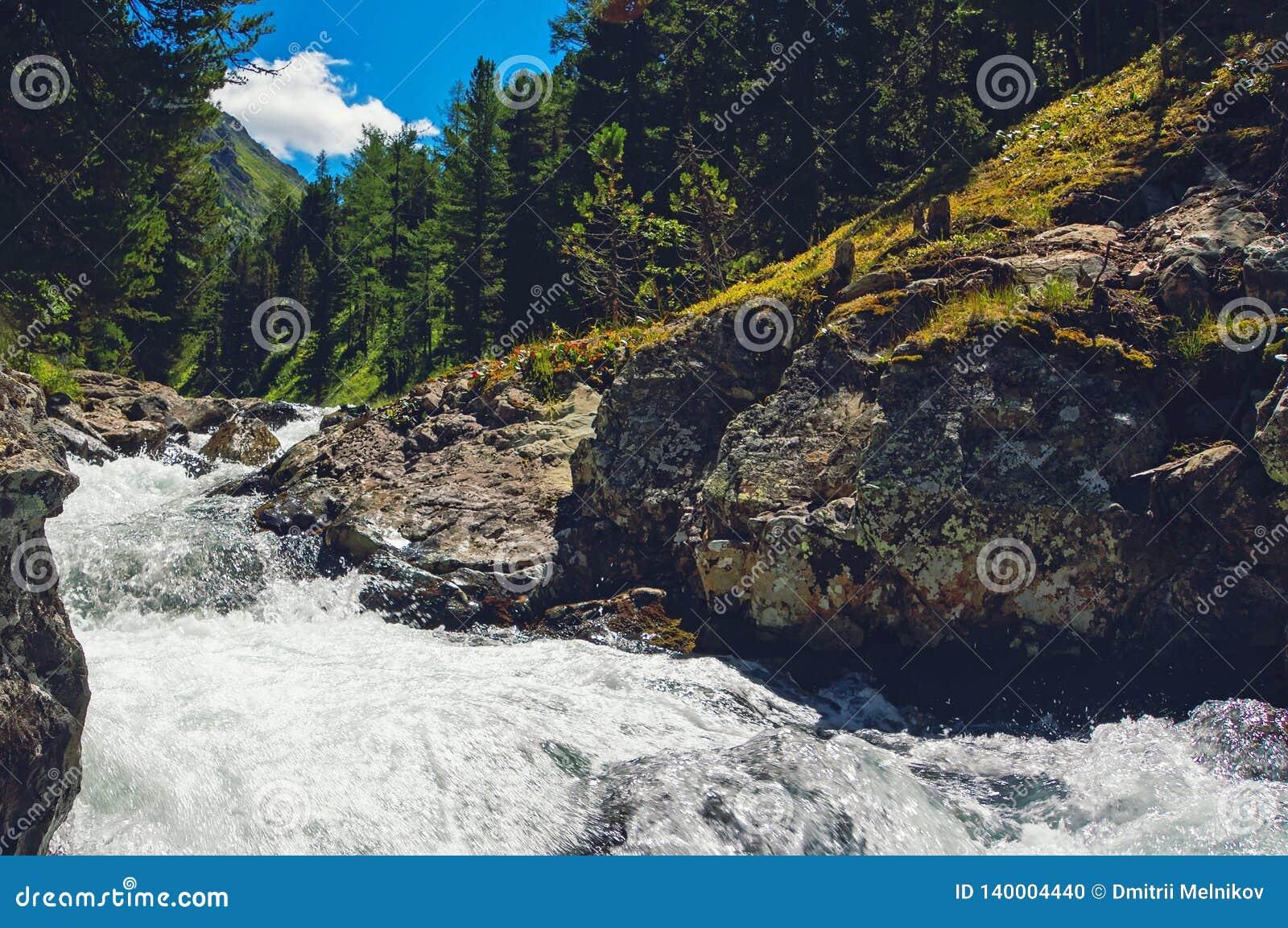 Cascada hermosa en Siberia Altai