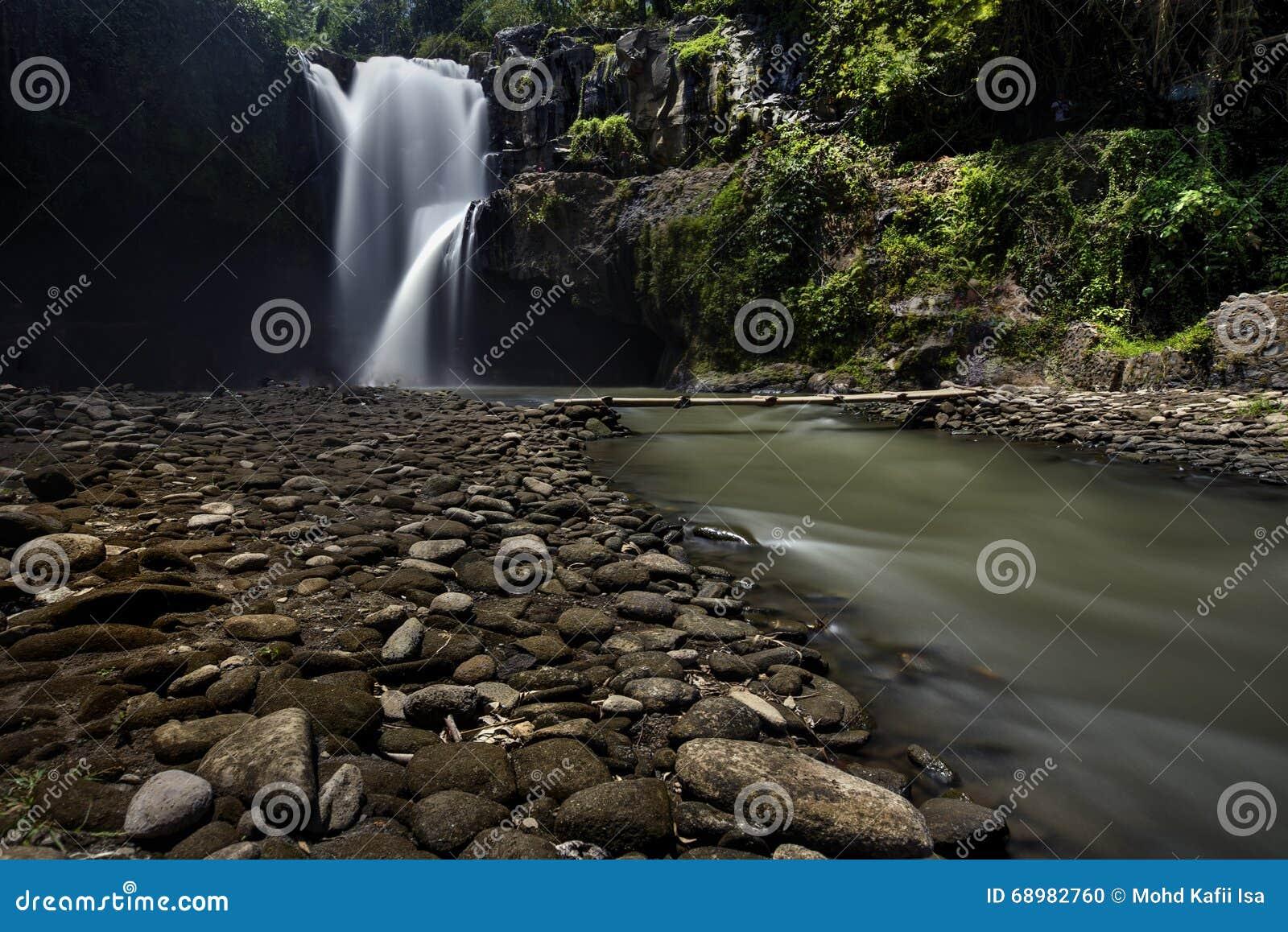 Cascada ocultada hermosa en Malasia