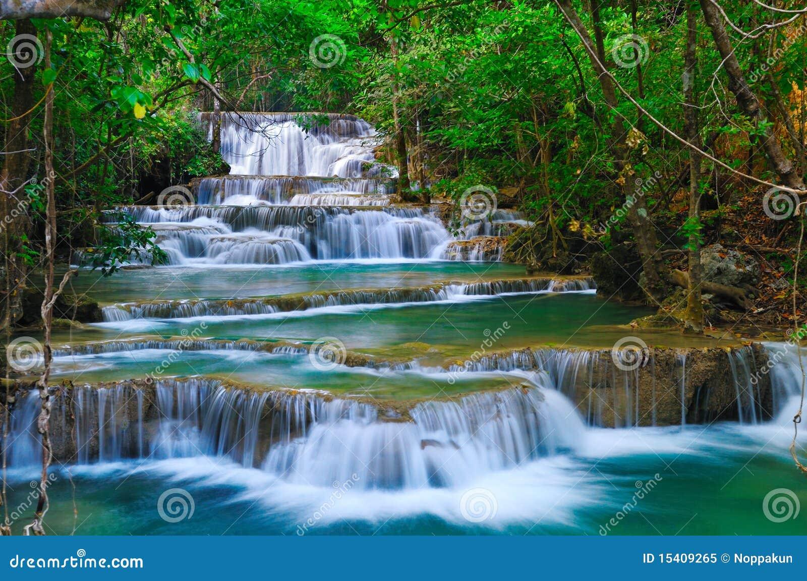 Cascada profunda en Kanchanaburi, Tailandia del bosque