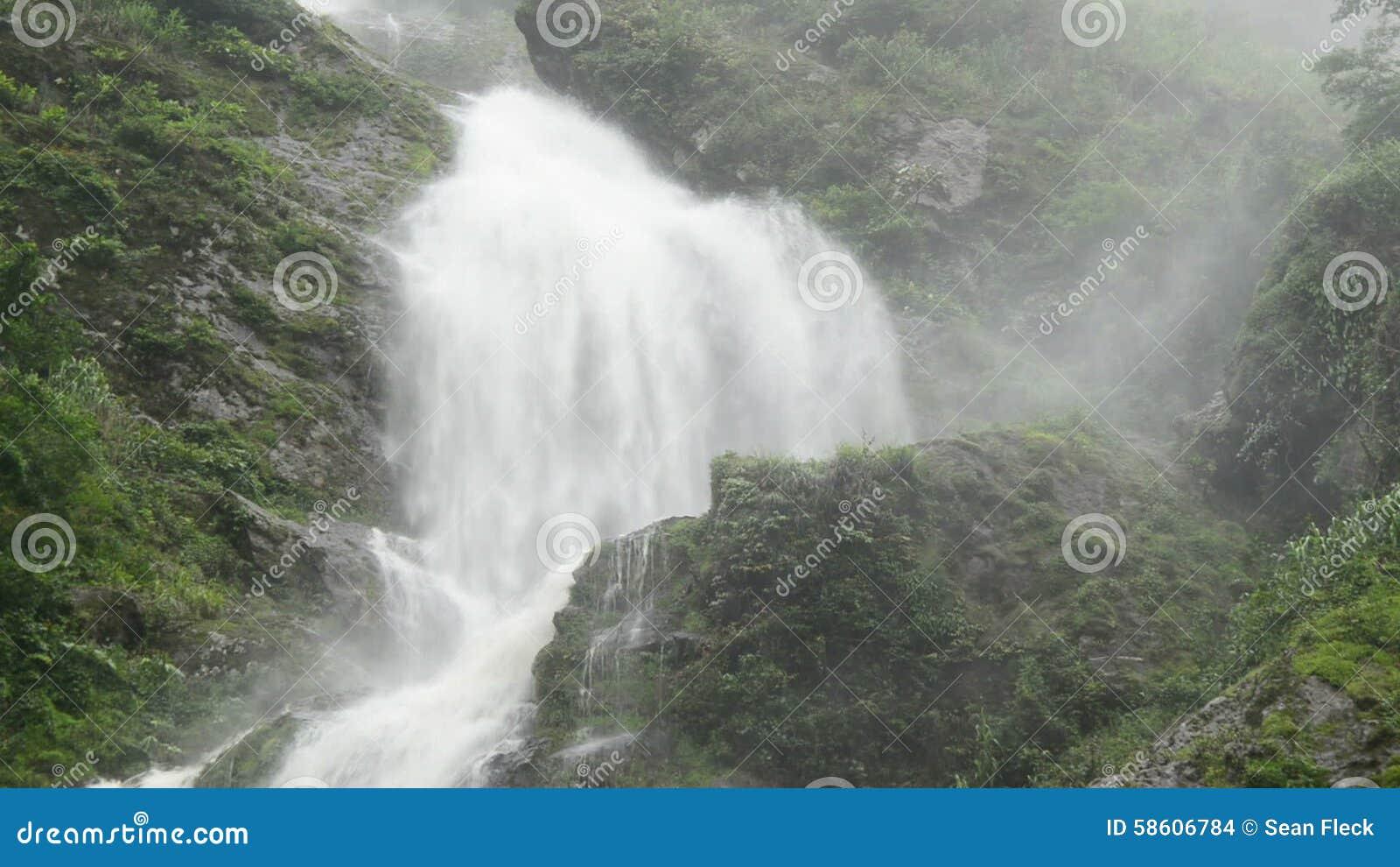 3b3c7c911 Cascada Que Rabia Durante El Temporal De Lluvia - Sapa Vietnam Metrajes -  Vídeo de plataforma, granjeros: 58606784