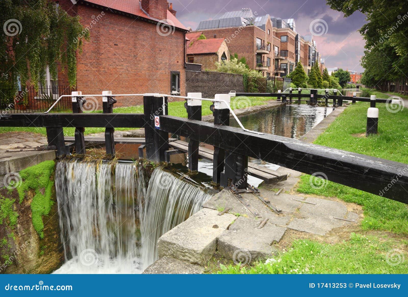 cascada y r o artificiales peque as casas fotos de