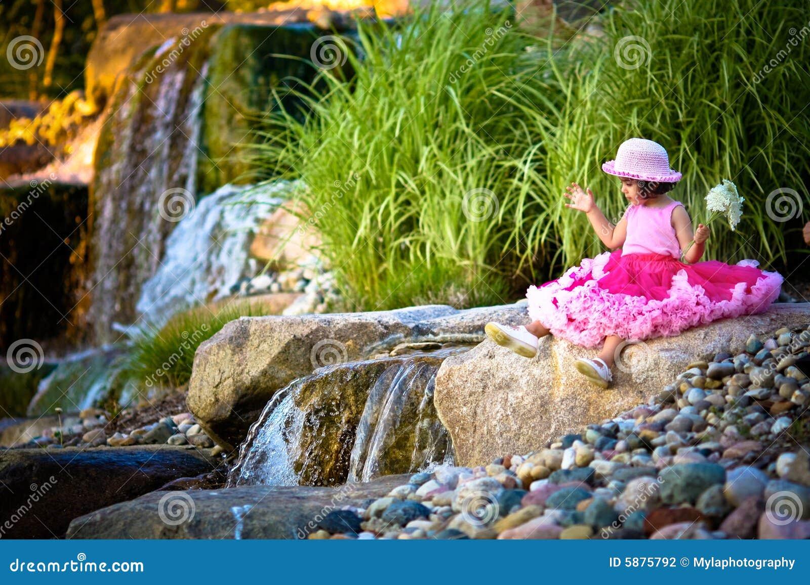 Cascada y un niño
