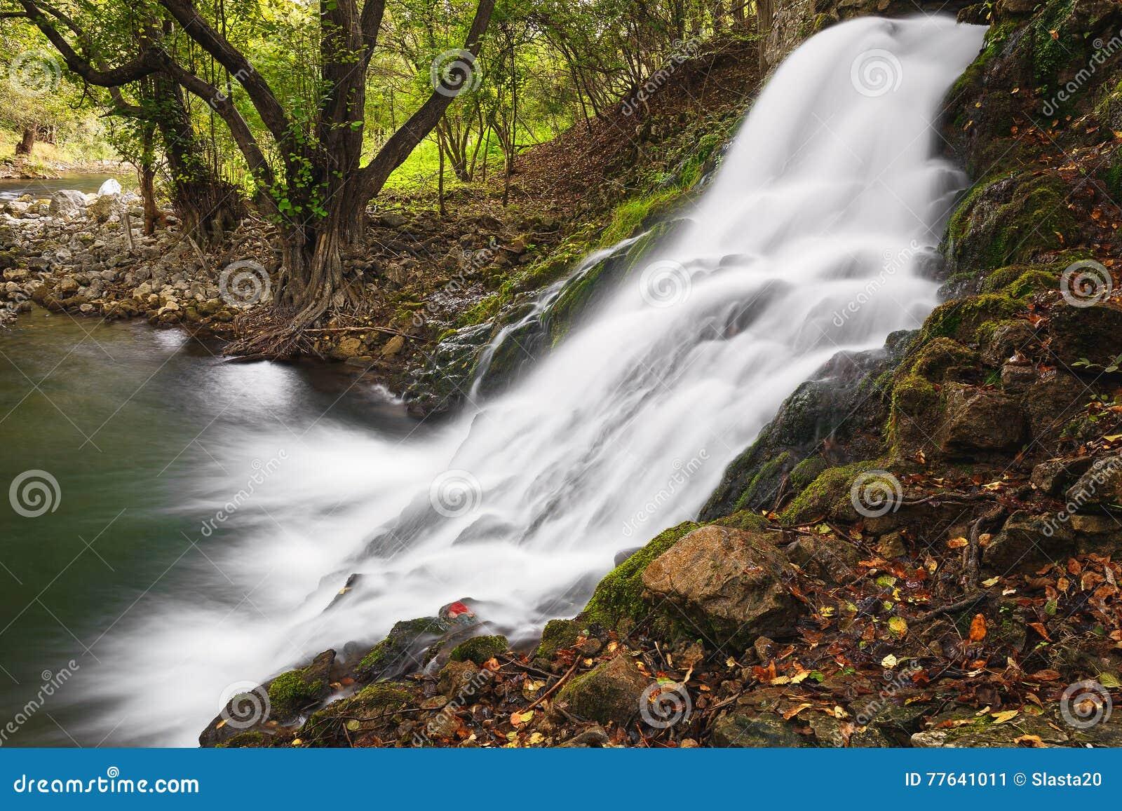 Cascadas en el río de Gradac