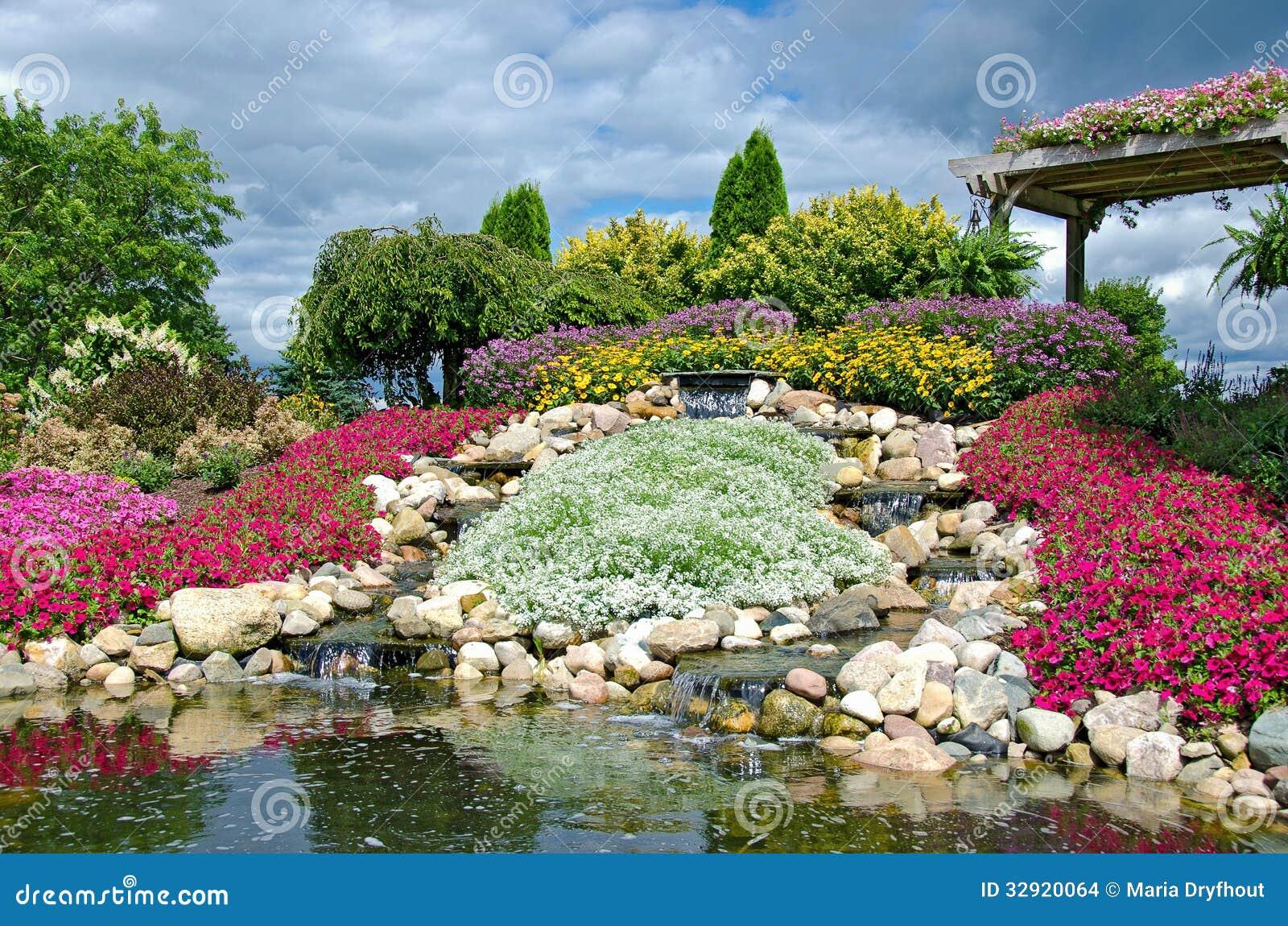 Cascadas en jard n de piedras imagenes de archivo imagen for Cascadas en piedra para jardines
