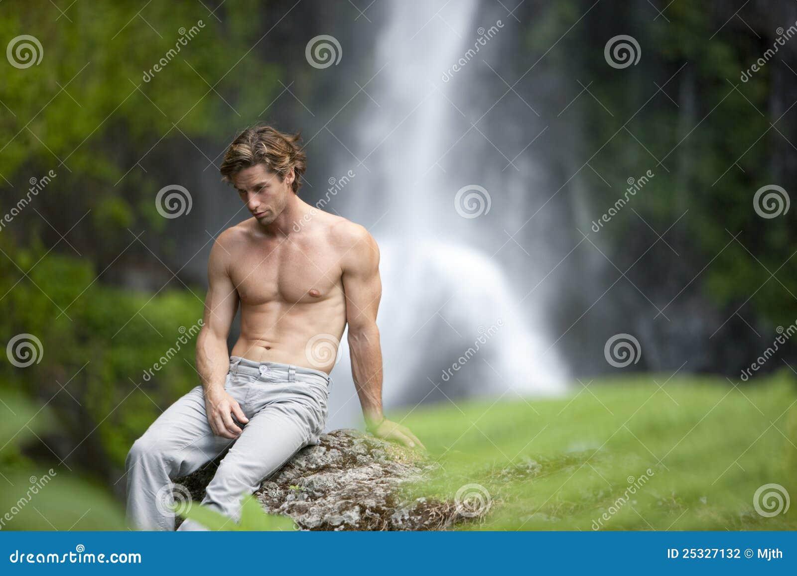 Cascadas que se sientan del hombre