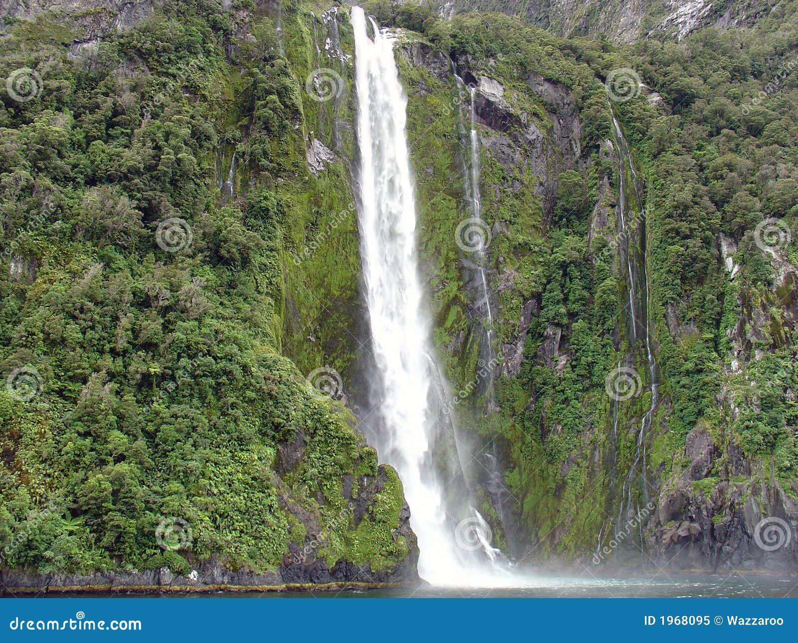 Cascade à écriture ligne par ligne de Milford Sound, Nouvelle Zélande