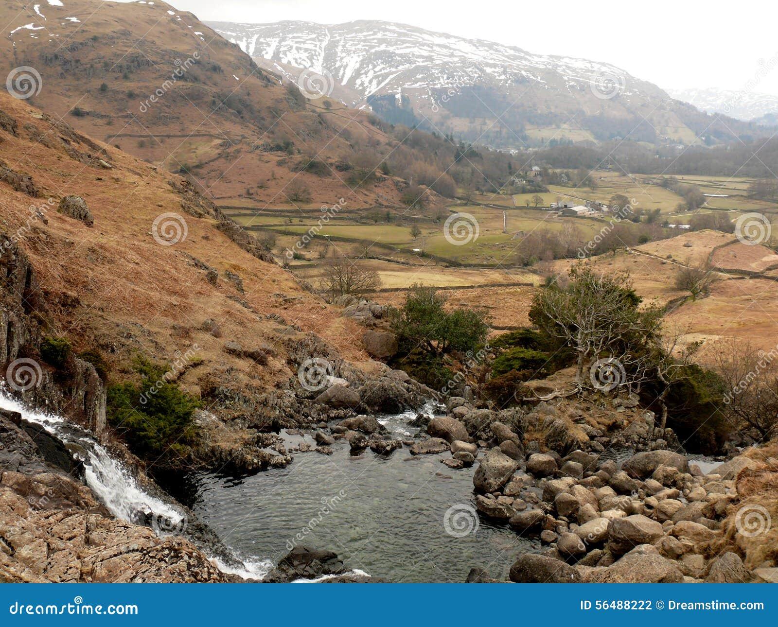 Cascade au secteur de lac, Cumbria, Angleterre R-U
