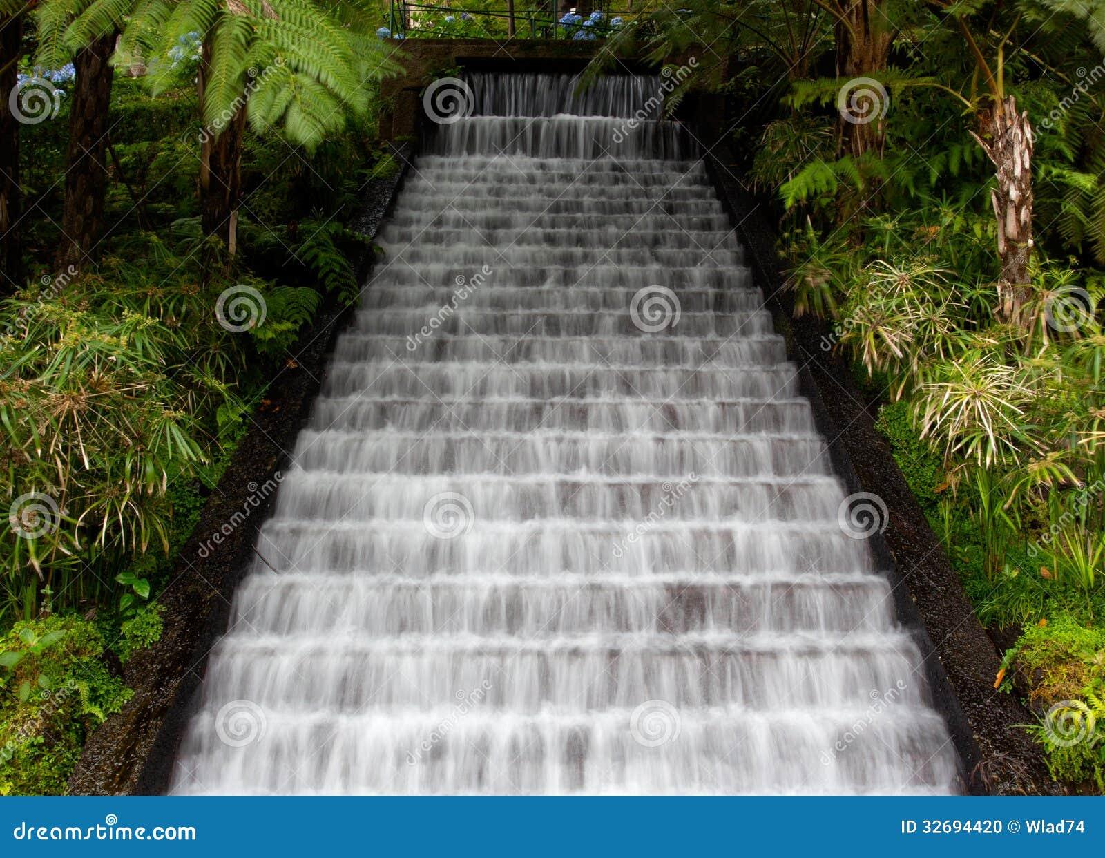 cascade dans les jardins tropicaux sur la mad re photo stock image 32694420. Black Bedroom Furniture Sets. Home Design Ideas