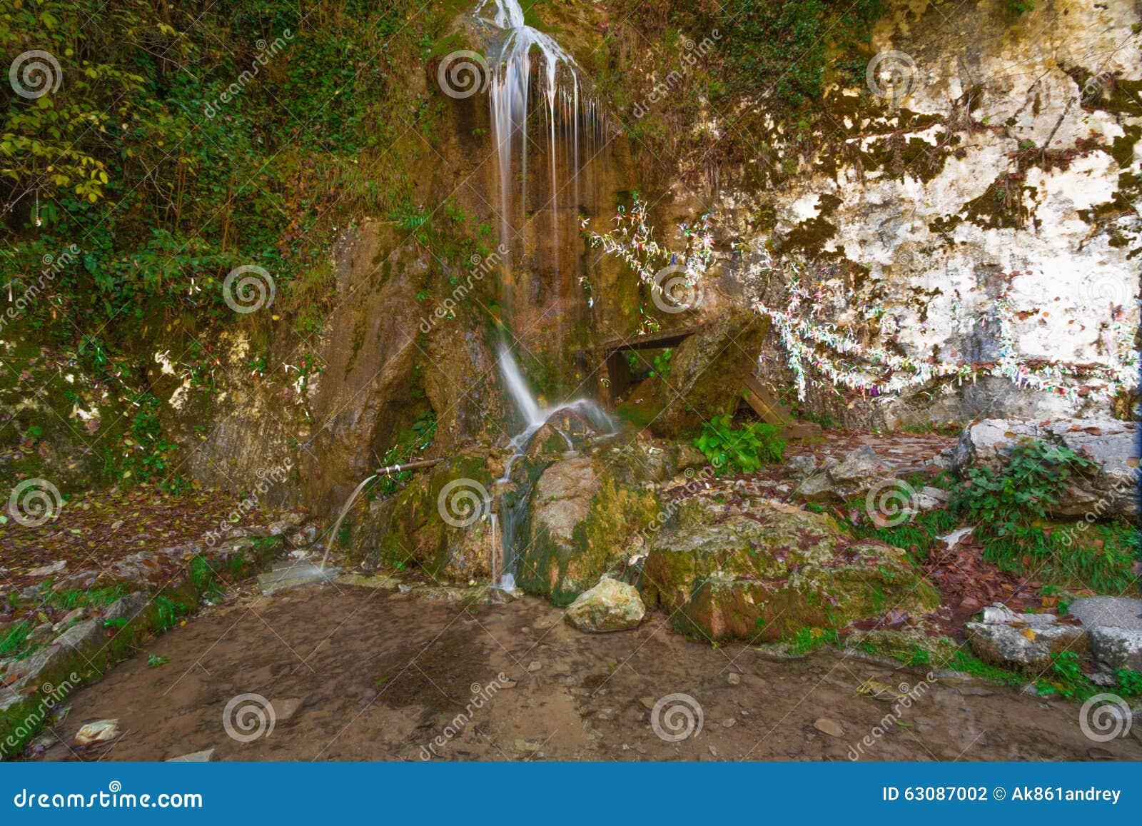 Download Cascade dans les montagnes photo stock. Image du lames - 63087002