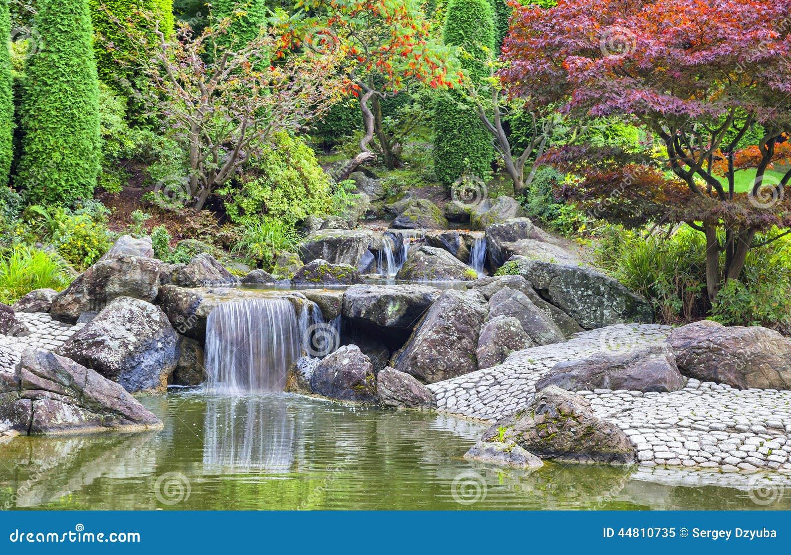 cascade de cascade dans le jardin japonais bonn image stock image du lame vert 44810735. Black Bedroom Furniture Sets. Home Design Ideas