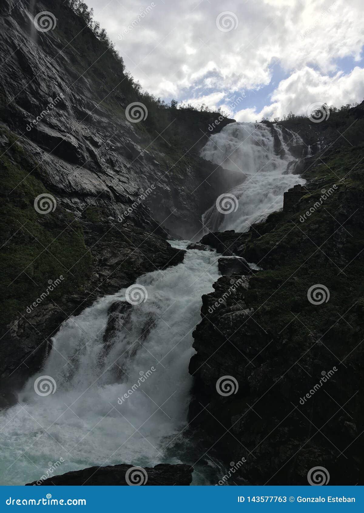 Cascade de Kjossfossen en Norvège