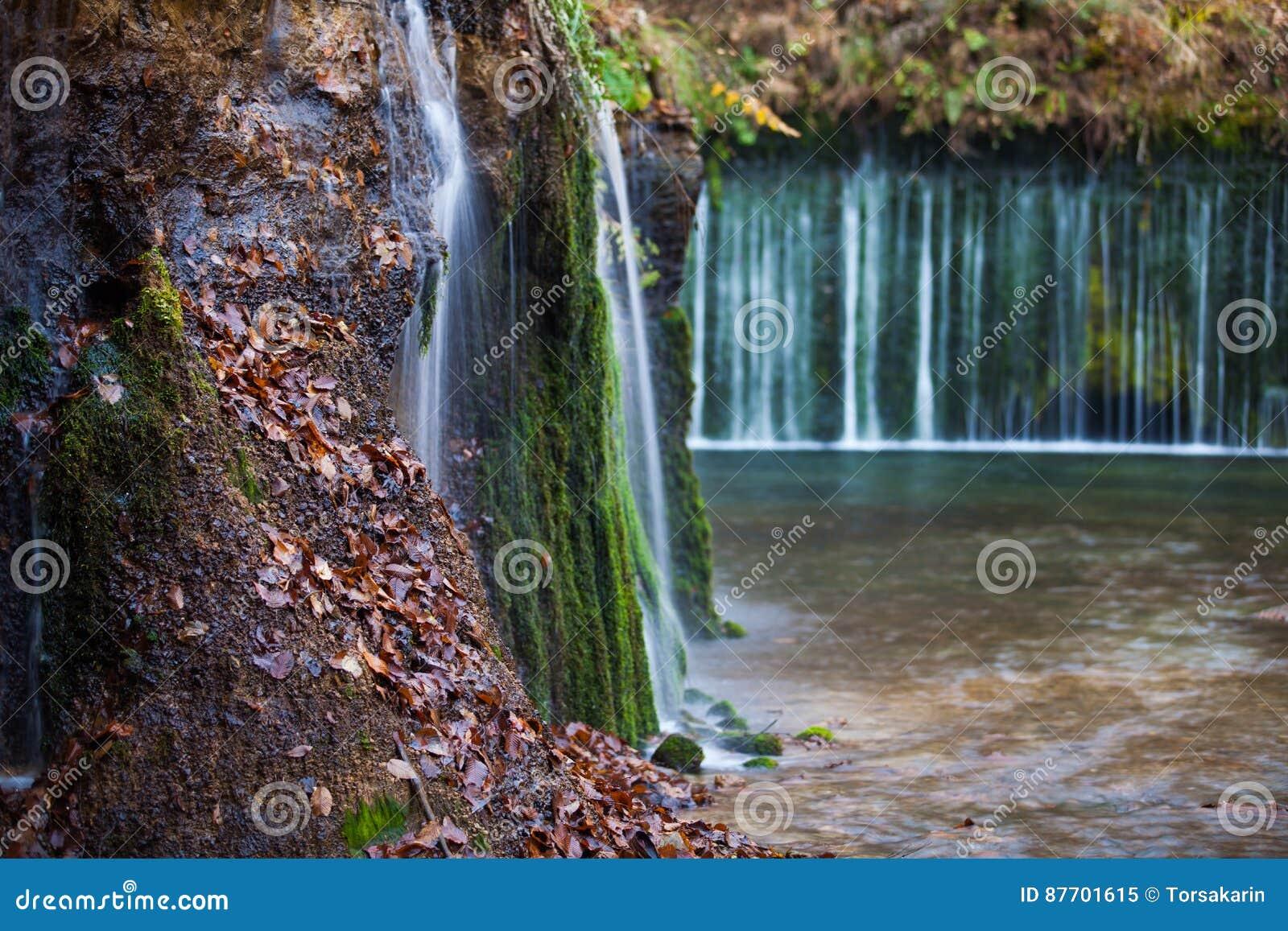 Cascade de Shiraito dans la saison d automne