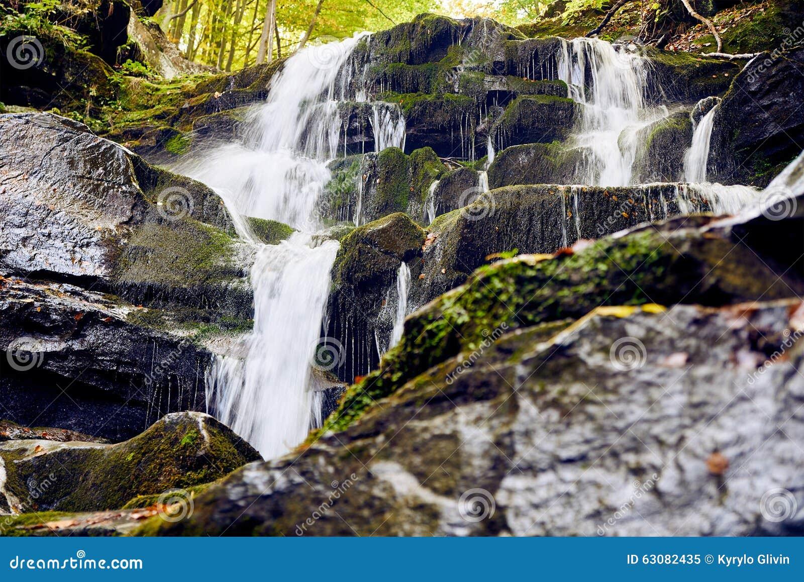 Download Cascade en montagnes image stock. Image du mouvement - 63082435