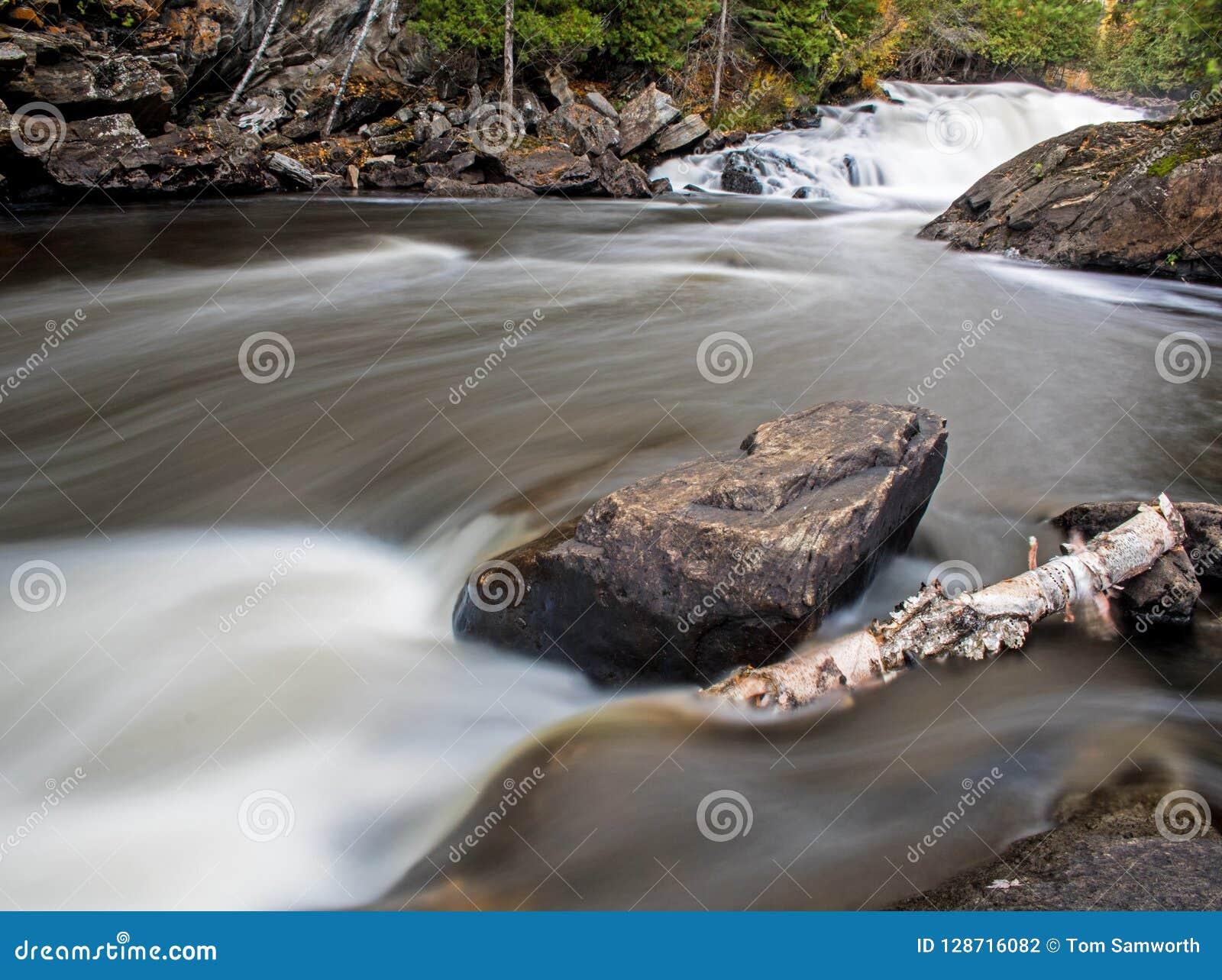 Cascade et rapide au parc provincial de descendeurs d Egan