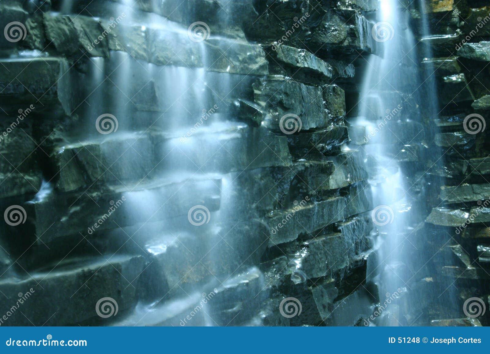 Cascade et roches en baisse de l eau
