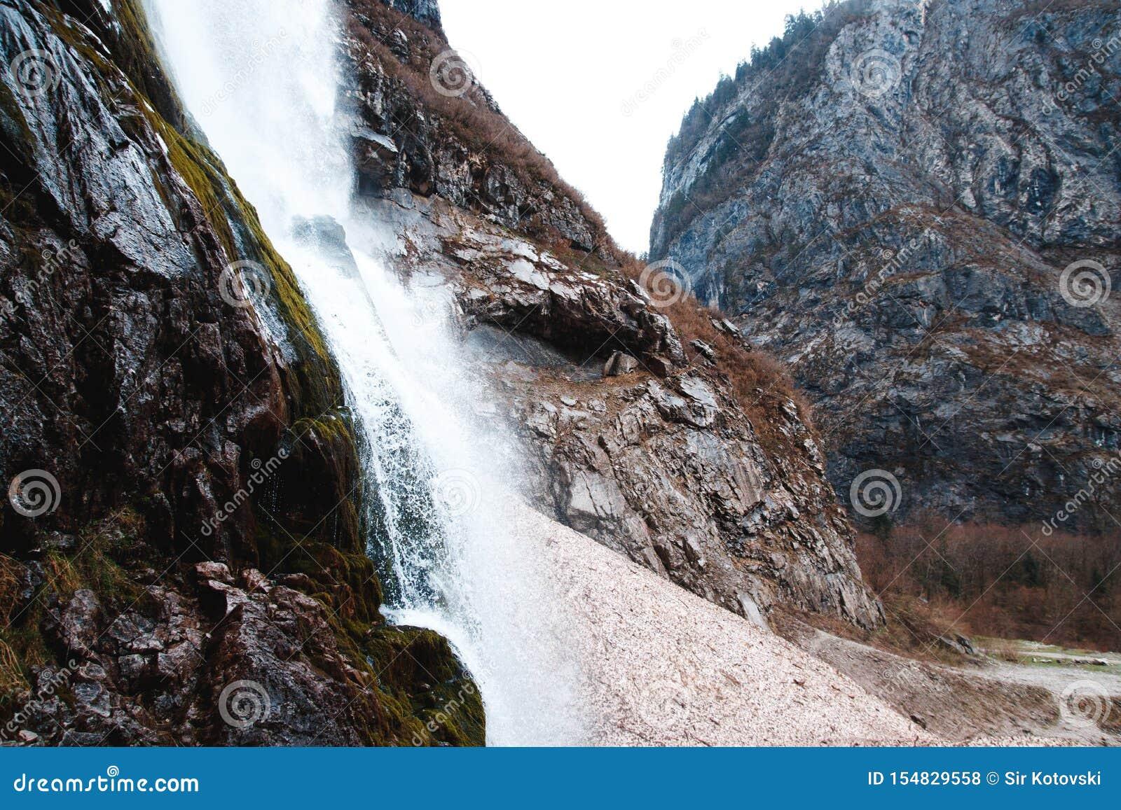 Cascade et roches en montagnes abkhazes