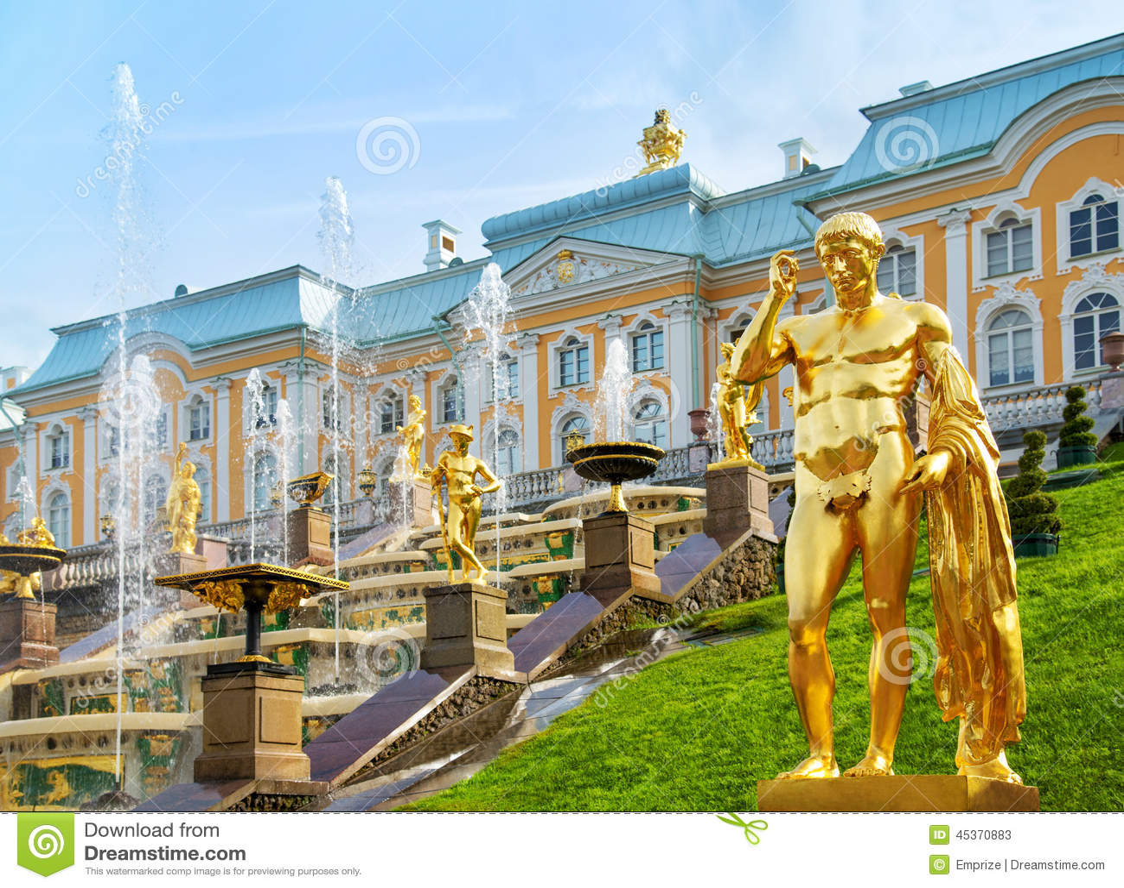 Cascade grande dans le palais de Peterhof, St Petersbourg, Russie
