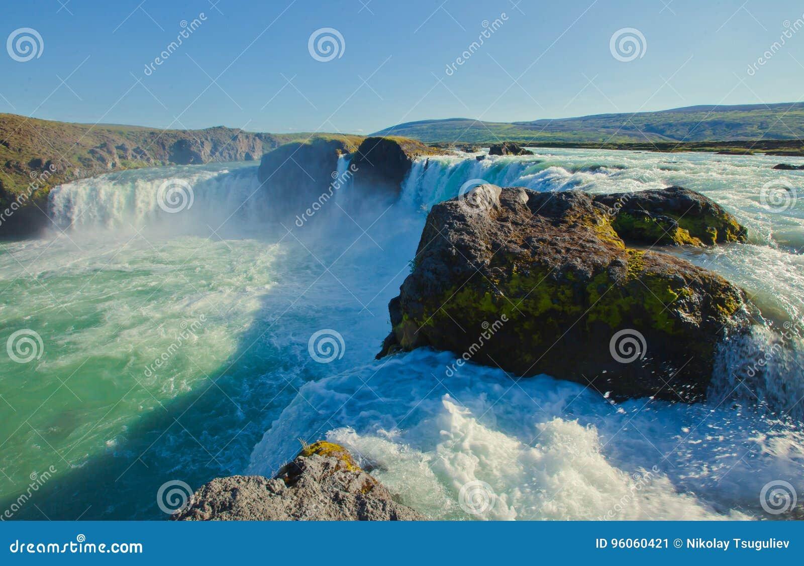Cascade islandaise en Islande, Godafoss, belle vue vibrante de photo de panorama d été