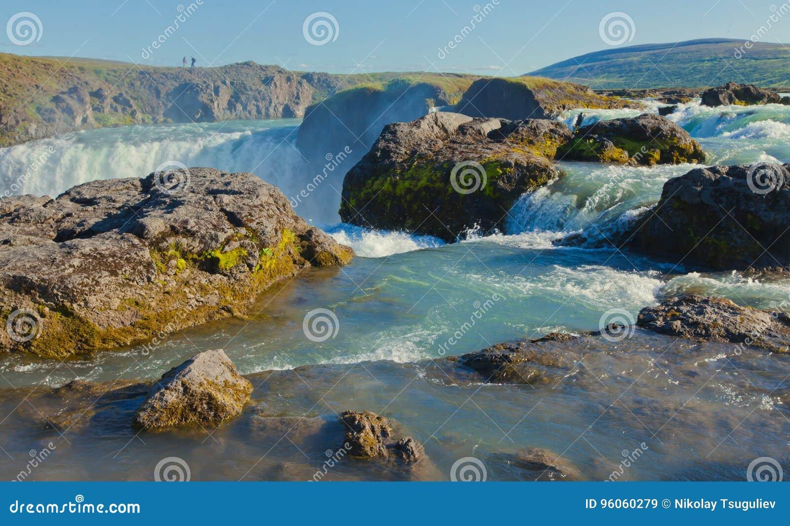 Cascade islandaise en Islande, Goddafoss, belle vue vibrante de photo de panorama d été