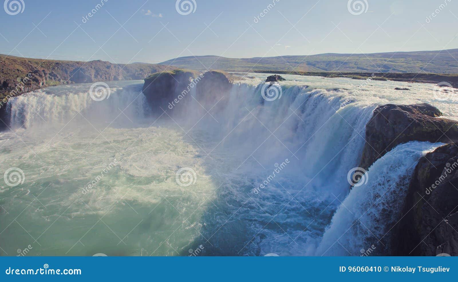 Cascade islandaise en Islande, Skogafoss, belle vue vibrante de photo de panorama d été