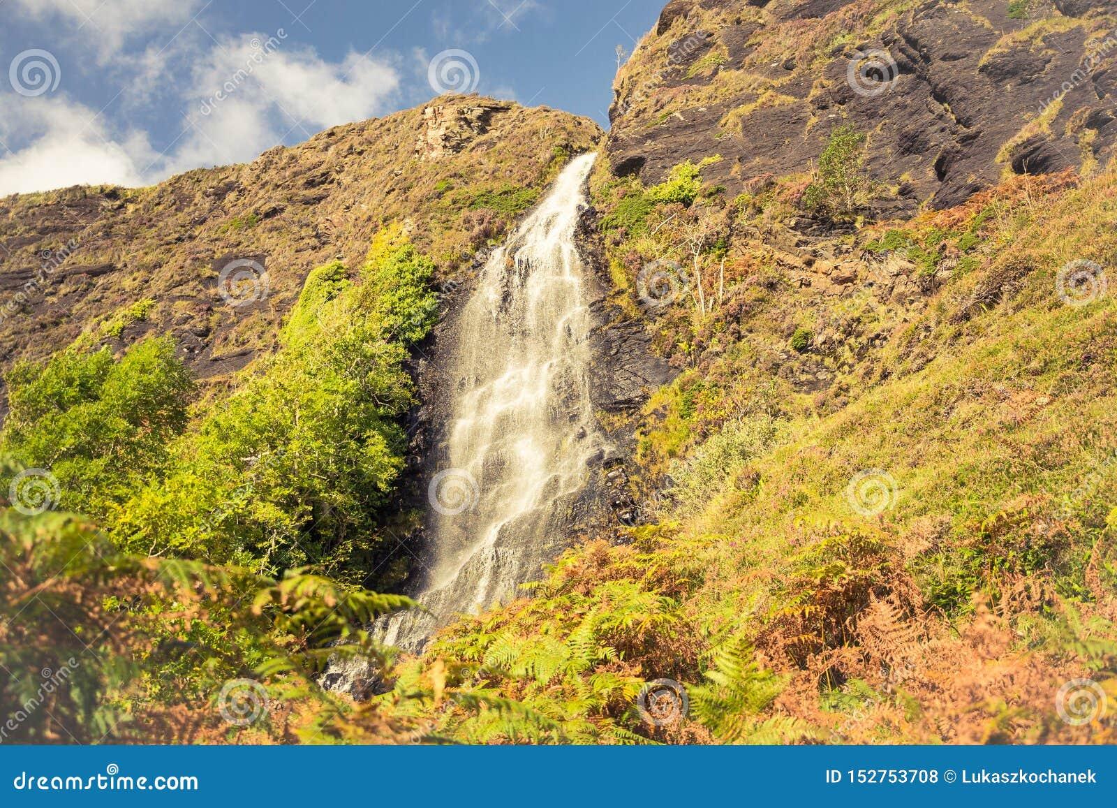 Cascade minuscule sur le chemin au village abandonné Boreraig sur l île de Skye