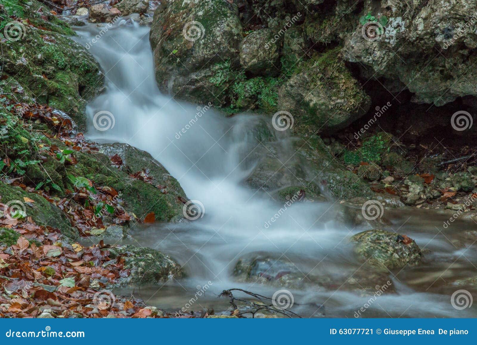 Download Cascade soyeuse image stock. Image du soyeux, waterfall - 63077721