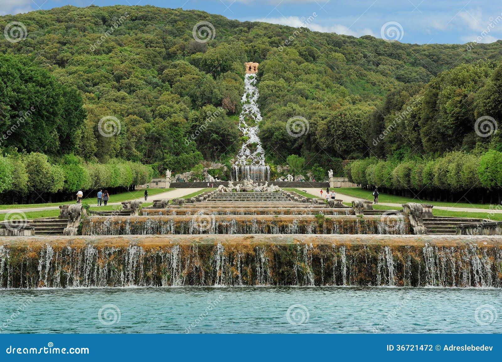 Cascades et cascade jardin de caserte photographie stock for Au jardin de la nymphe bleue