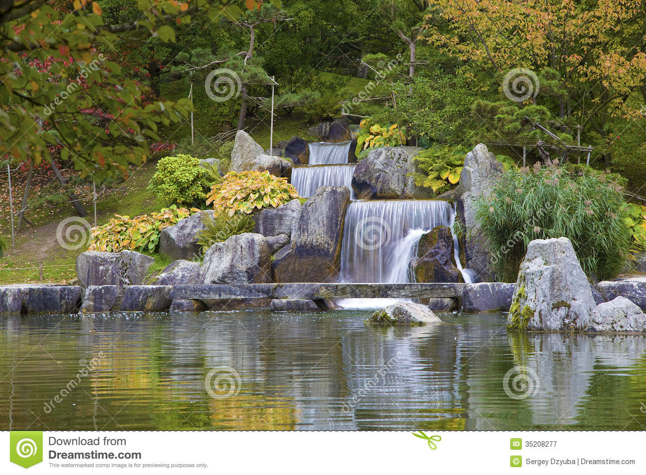 cascadez la cascade dans le jardin japonais hasselt belgique photographie stock libre de. Black Bedroom Furniture Sets. Home Design Ideas