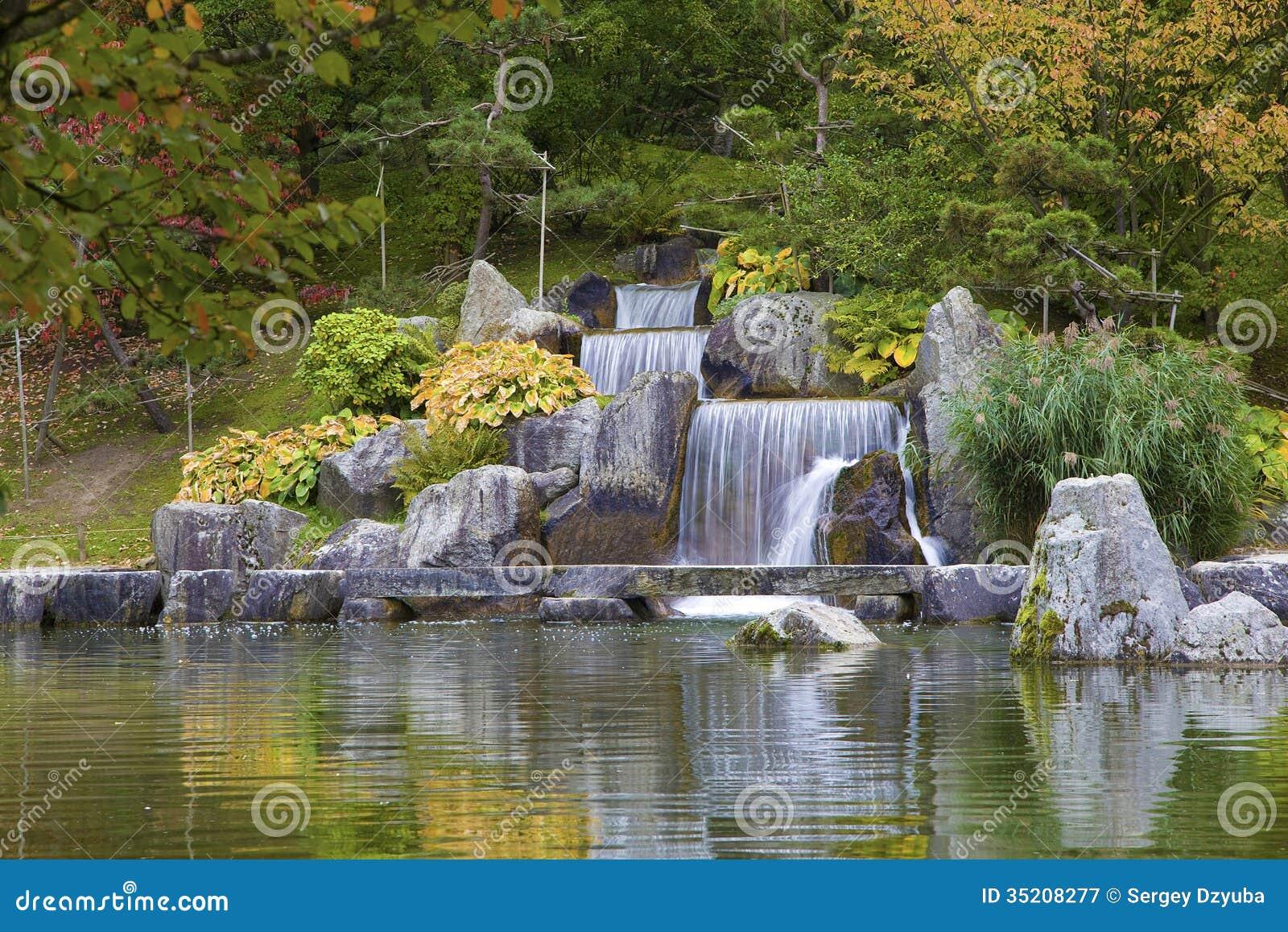 Cascadez la cascade dans le jardin japonais hasselt for Cascade jardin japonais