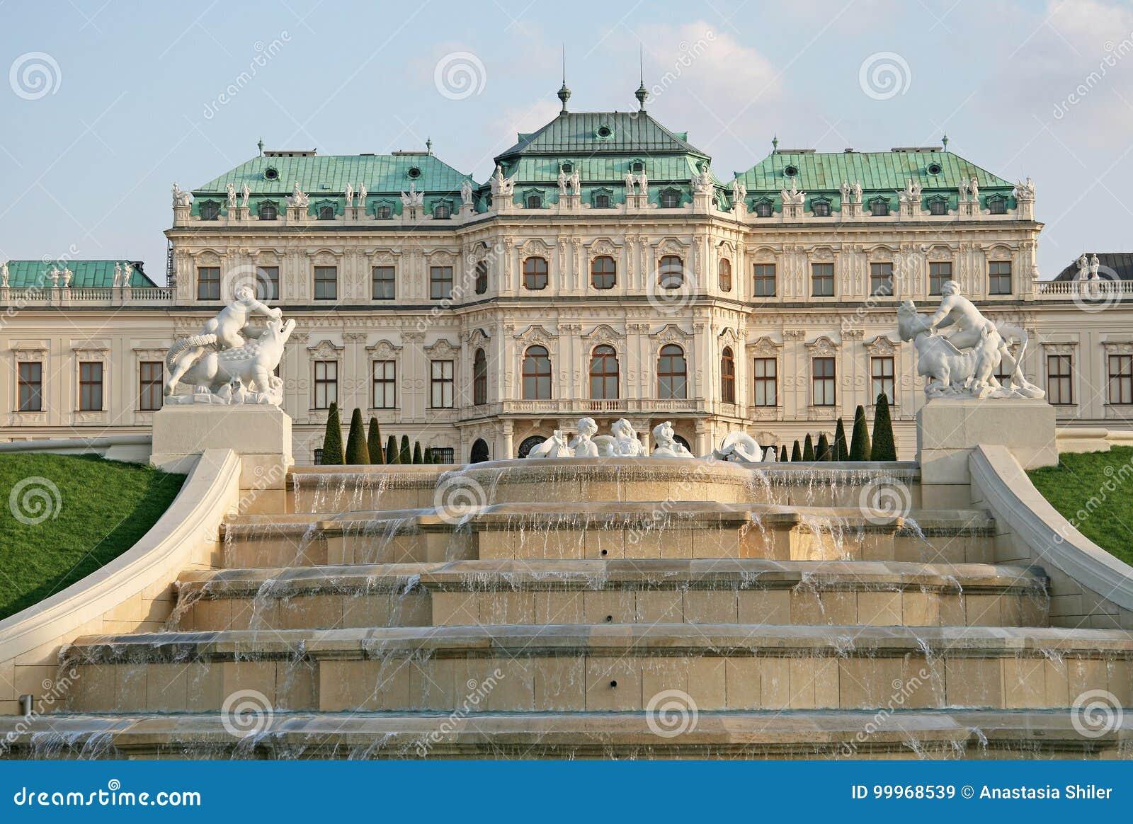 Cascadez la fontaine dans le jardin de palais de belvédère à Vienne, Autriche