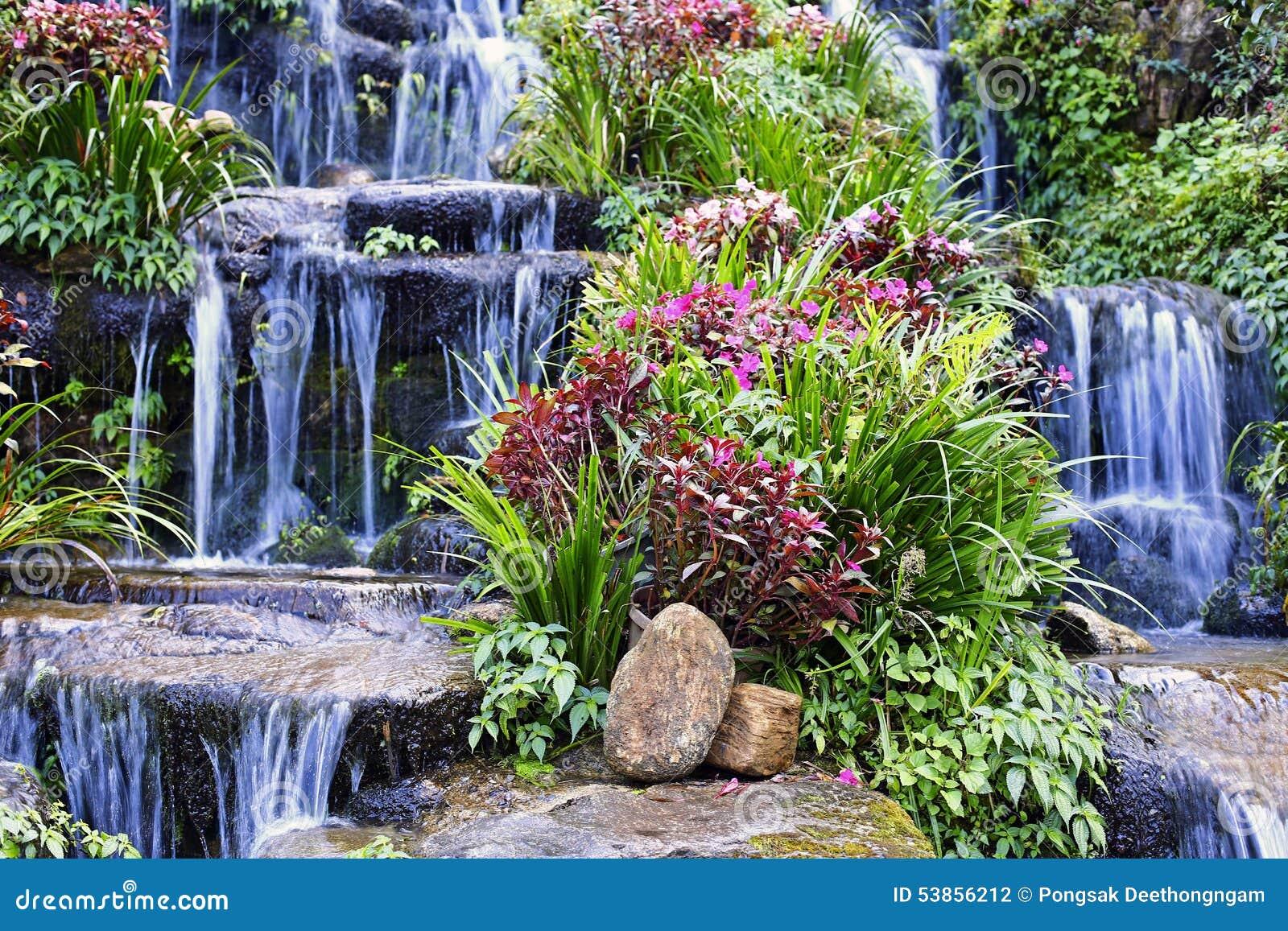 Cascata artificiale fotografia stock immagine di estate for Stagno artificiale giardino