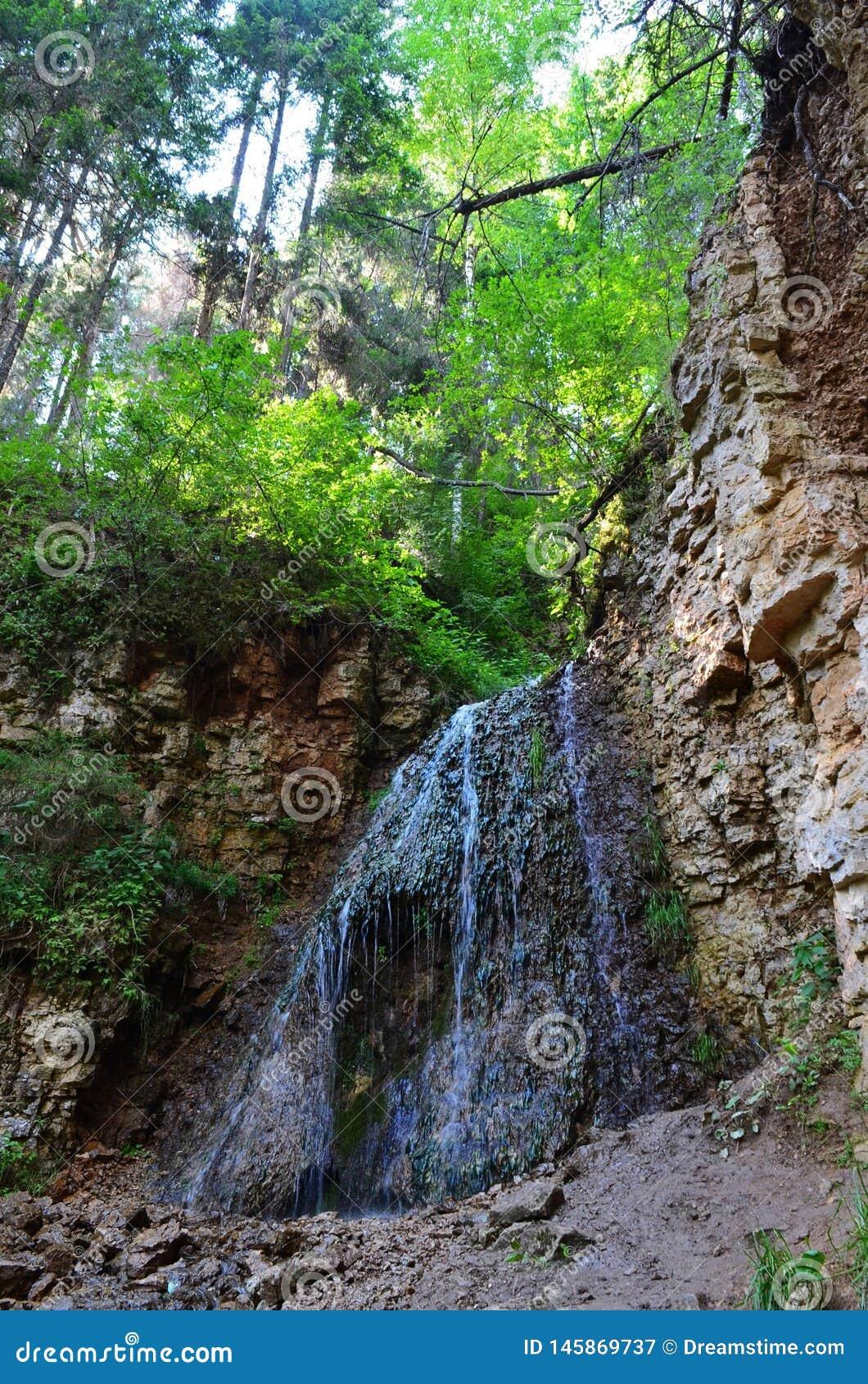Cascata azzurrata nelle rocce