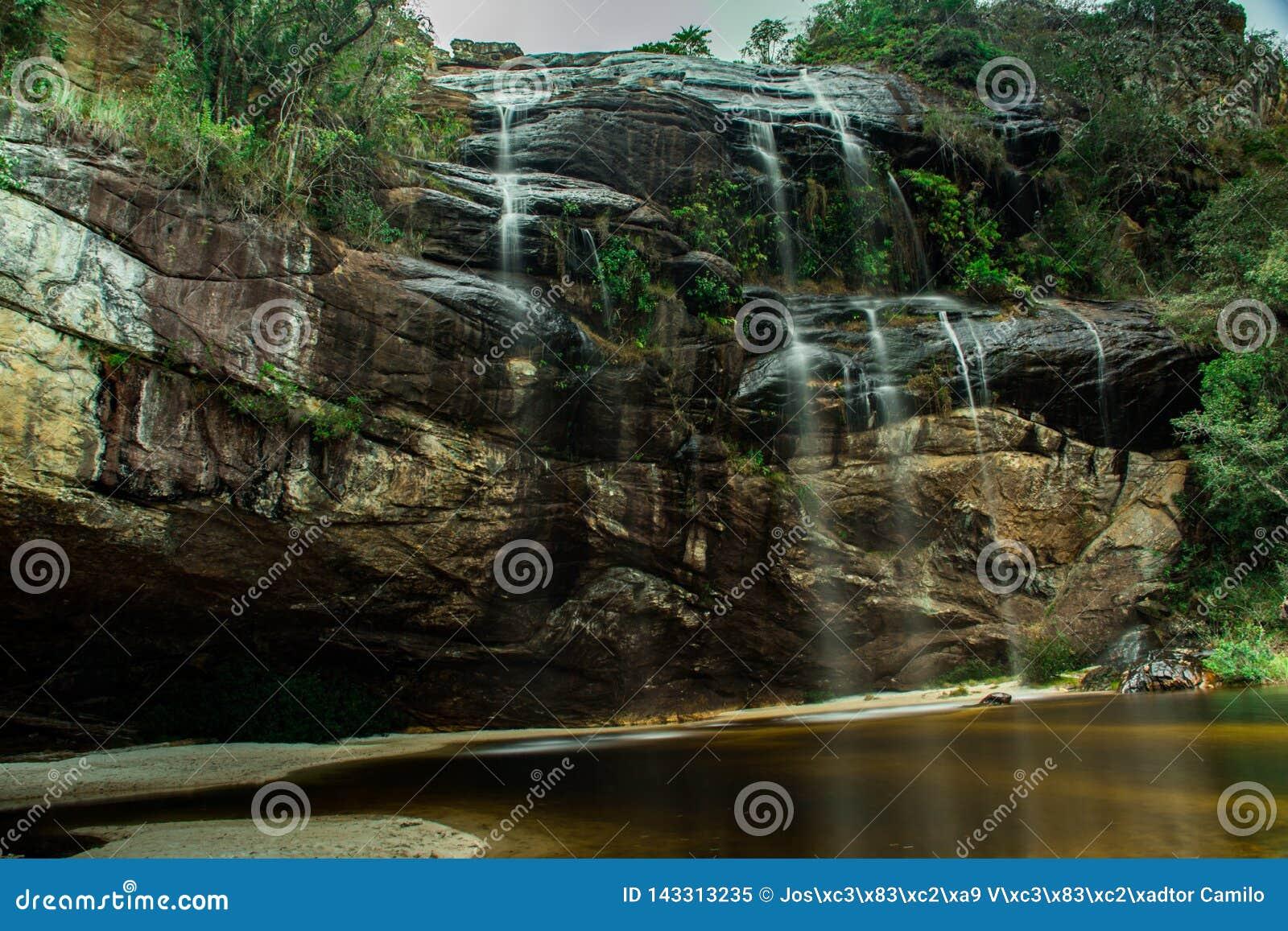 Cascata del tempo perso, nel distretto di Capivari, in Serro, Minas Gerais, Brasile Foto presa con esposizione lunga
