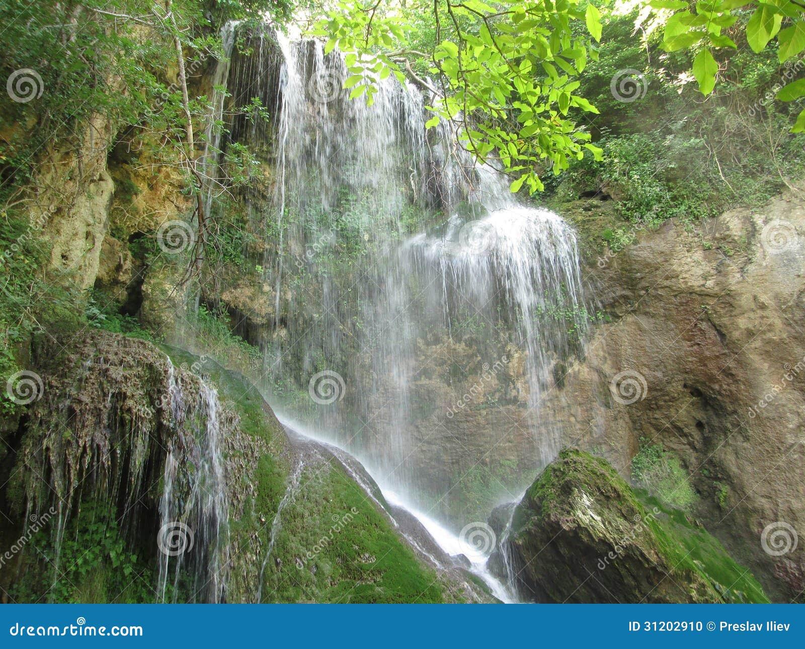 Cascata di Krushuna con le rocce