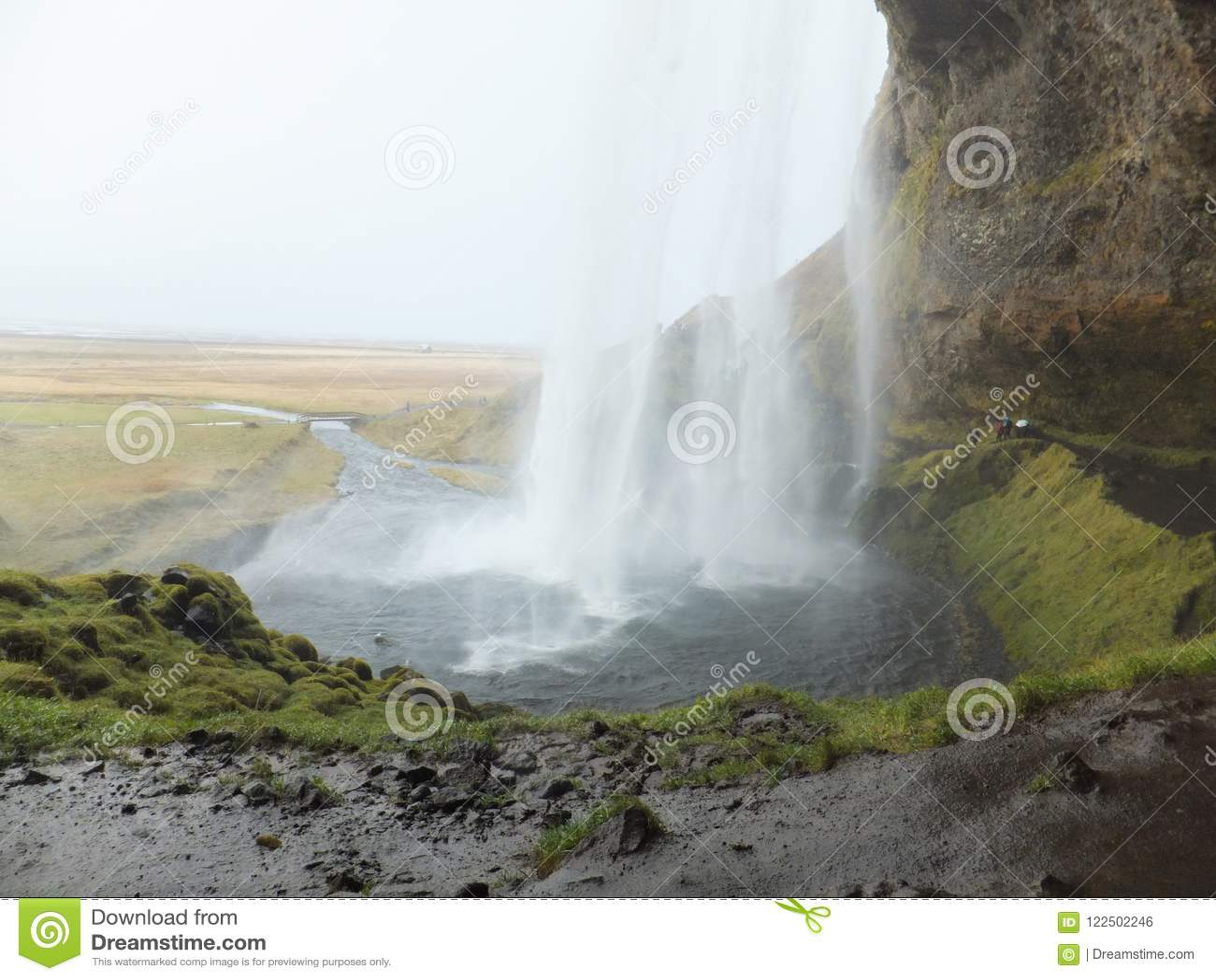 Cascata di Seljalandfoss in Islanda, osservata da dietro l acqua di caduta