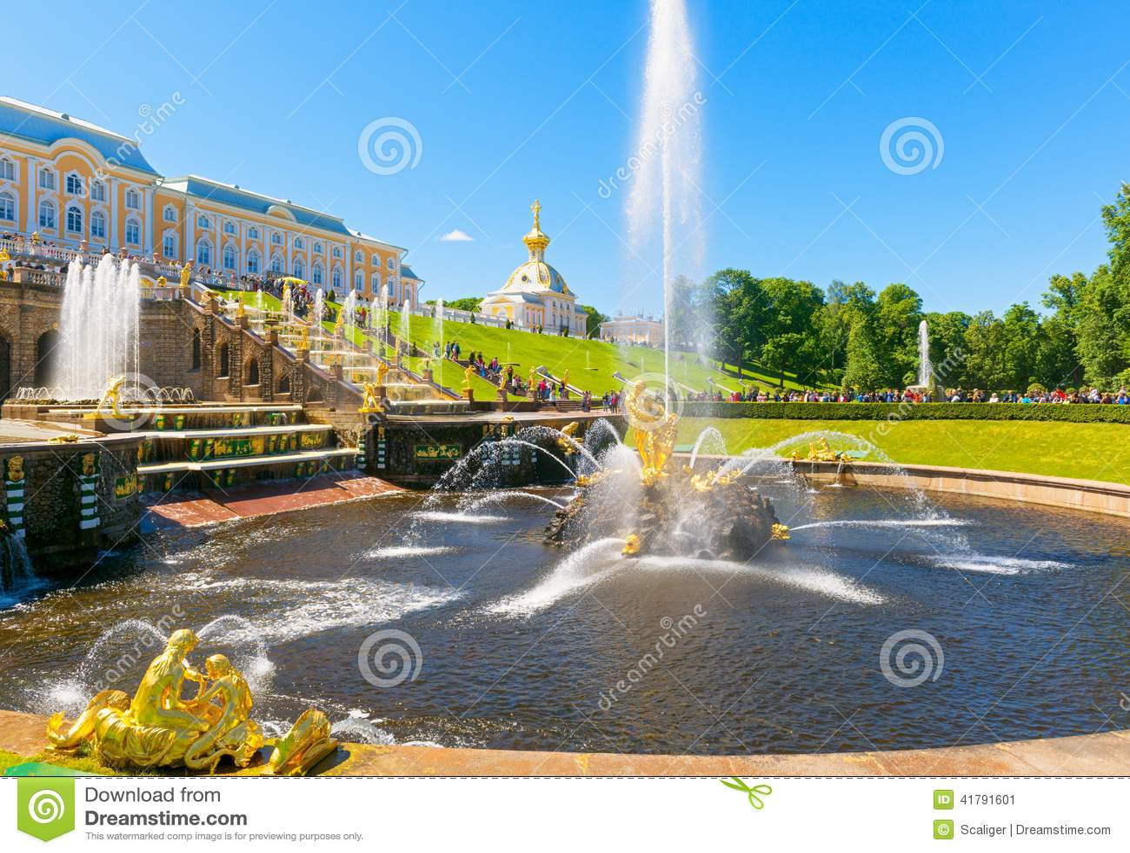 Cascata e Samson Fountain grandes no palácio de Perterhof, Pe de Saint