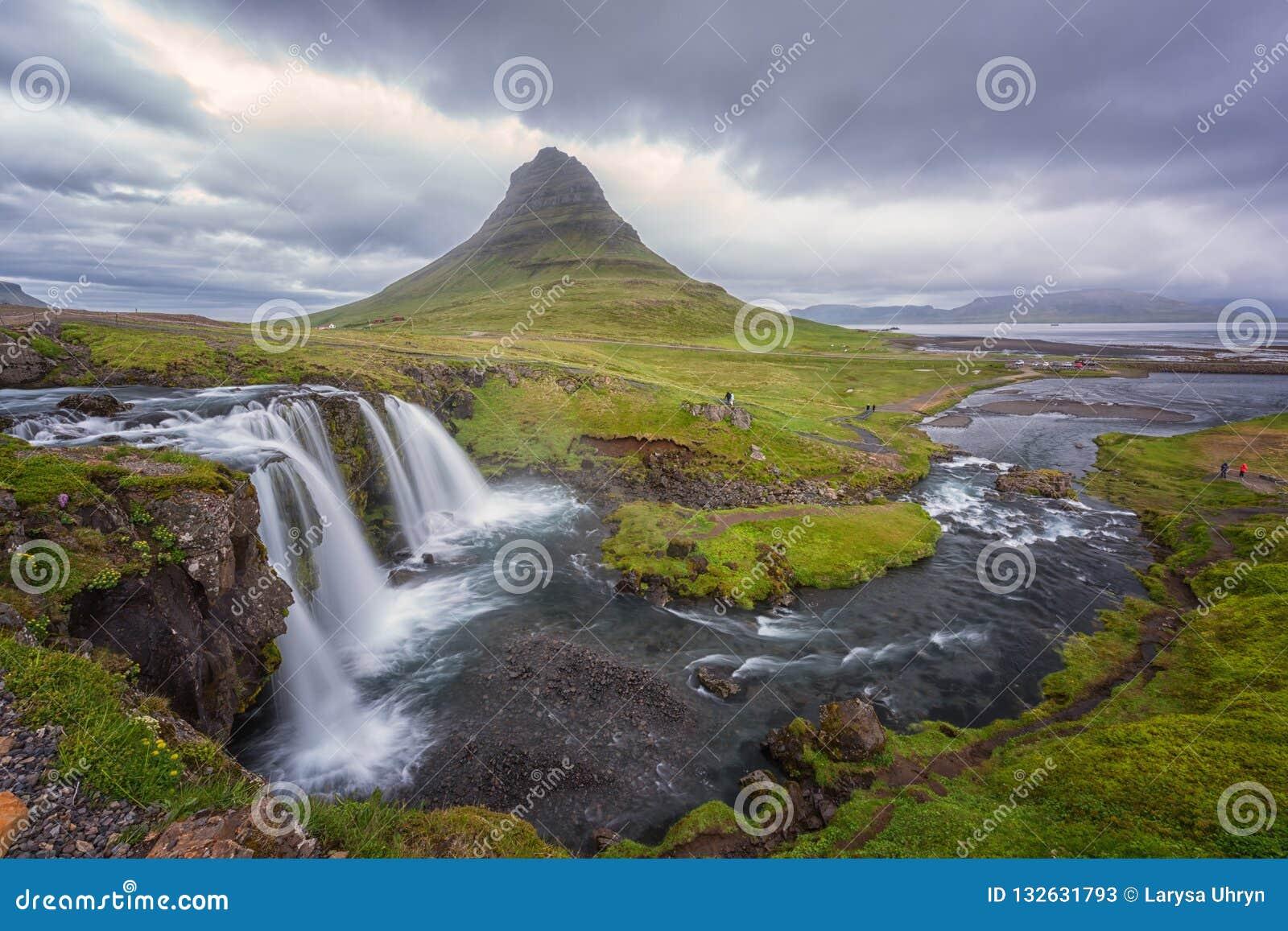 Cascata famosa di Kirkjufellsfoss con la montagna di Kirkjufell, paesaggio panoramico, penisola di Snaefellsnes, Islanda