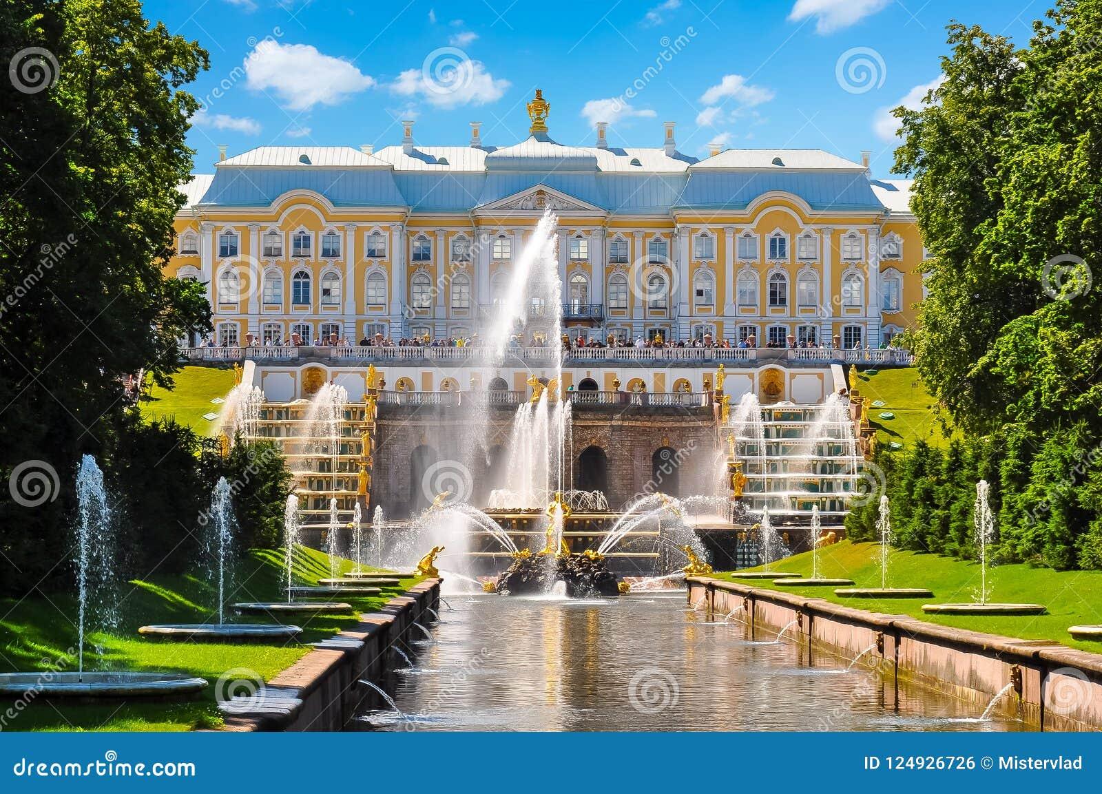 Cascata grande da fonte do palácio, do Samson de Peterhof e da aleia da fonte, St Petersburg, Rússia