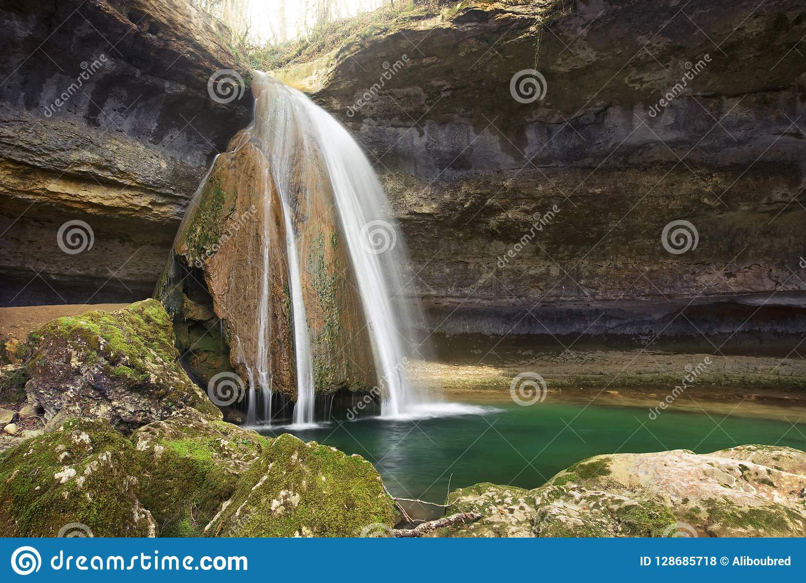 Cascata in una cavità della roccia