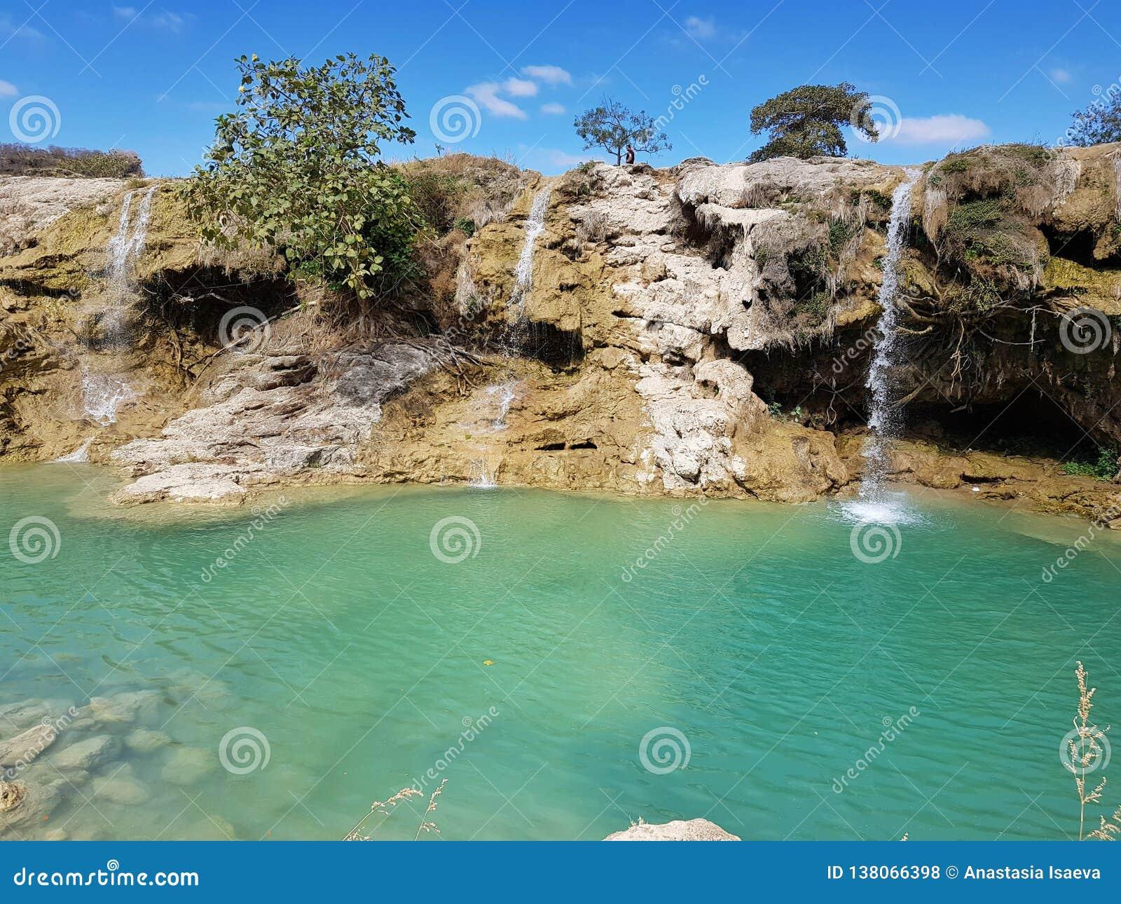 Cascate tropicali con acqua blu