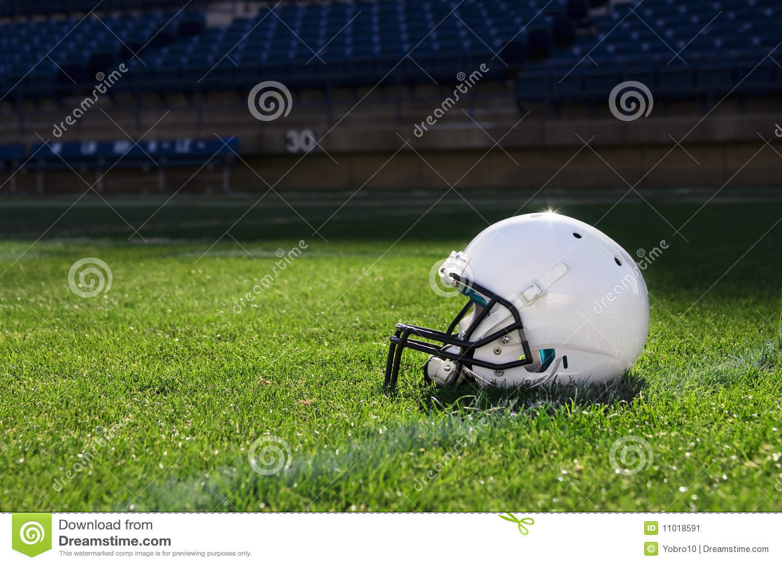Casco de balompié en el estadio